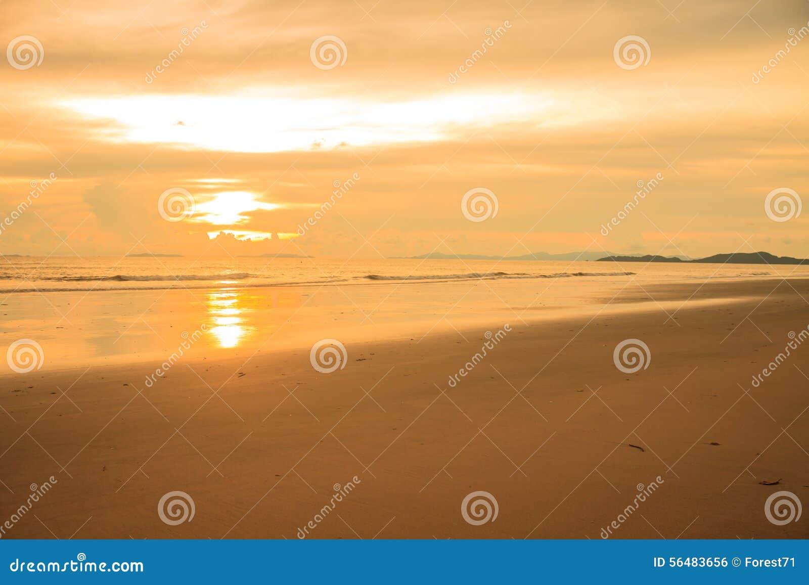 Beau lever de soleil sur la mer tropicale