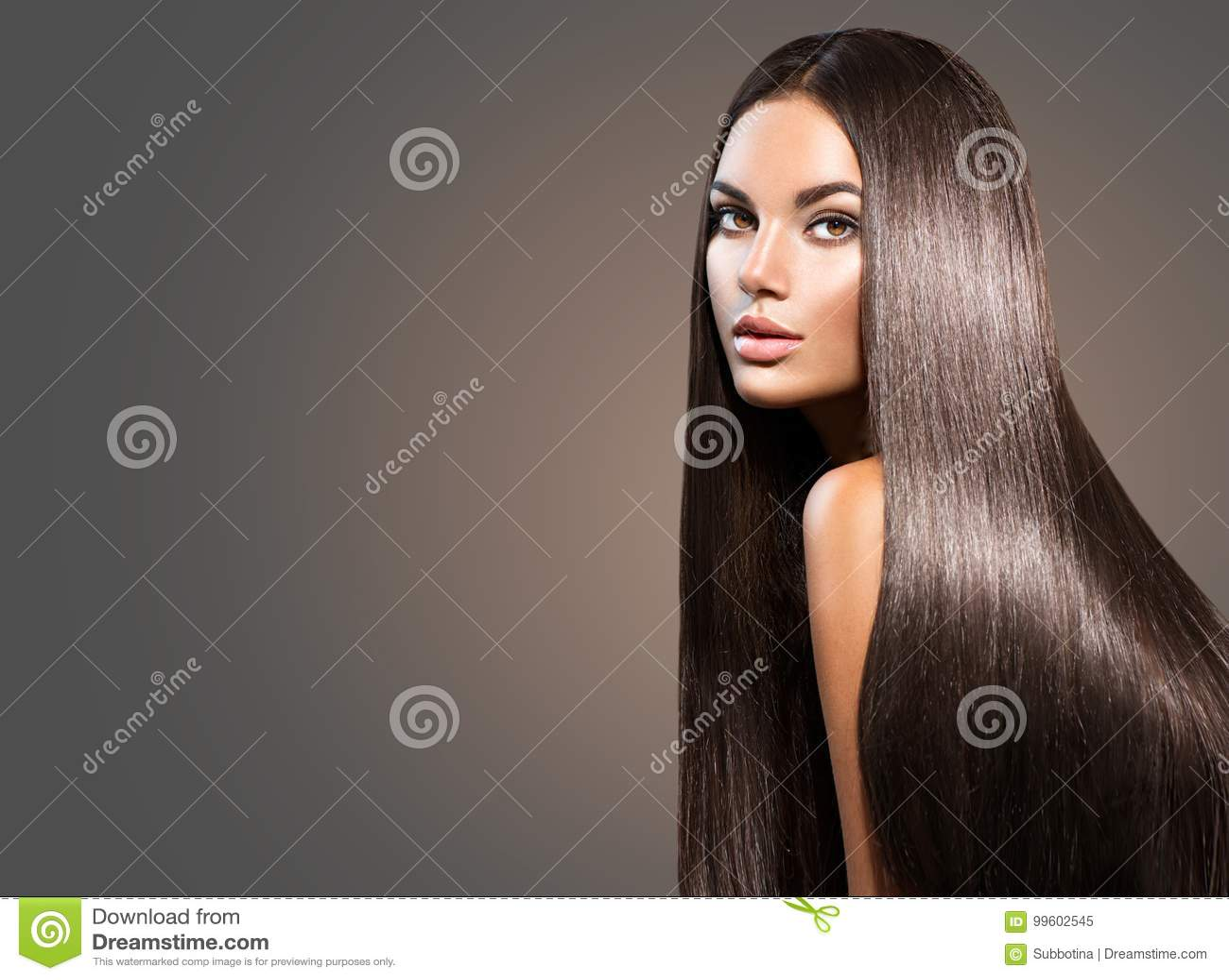 Beau long cheveu Femme de beauté avec les cheveux noirs droits