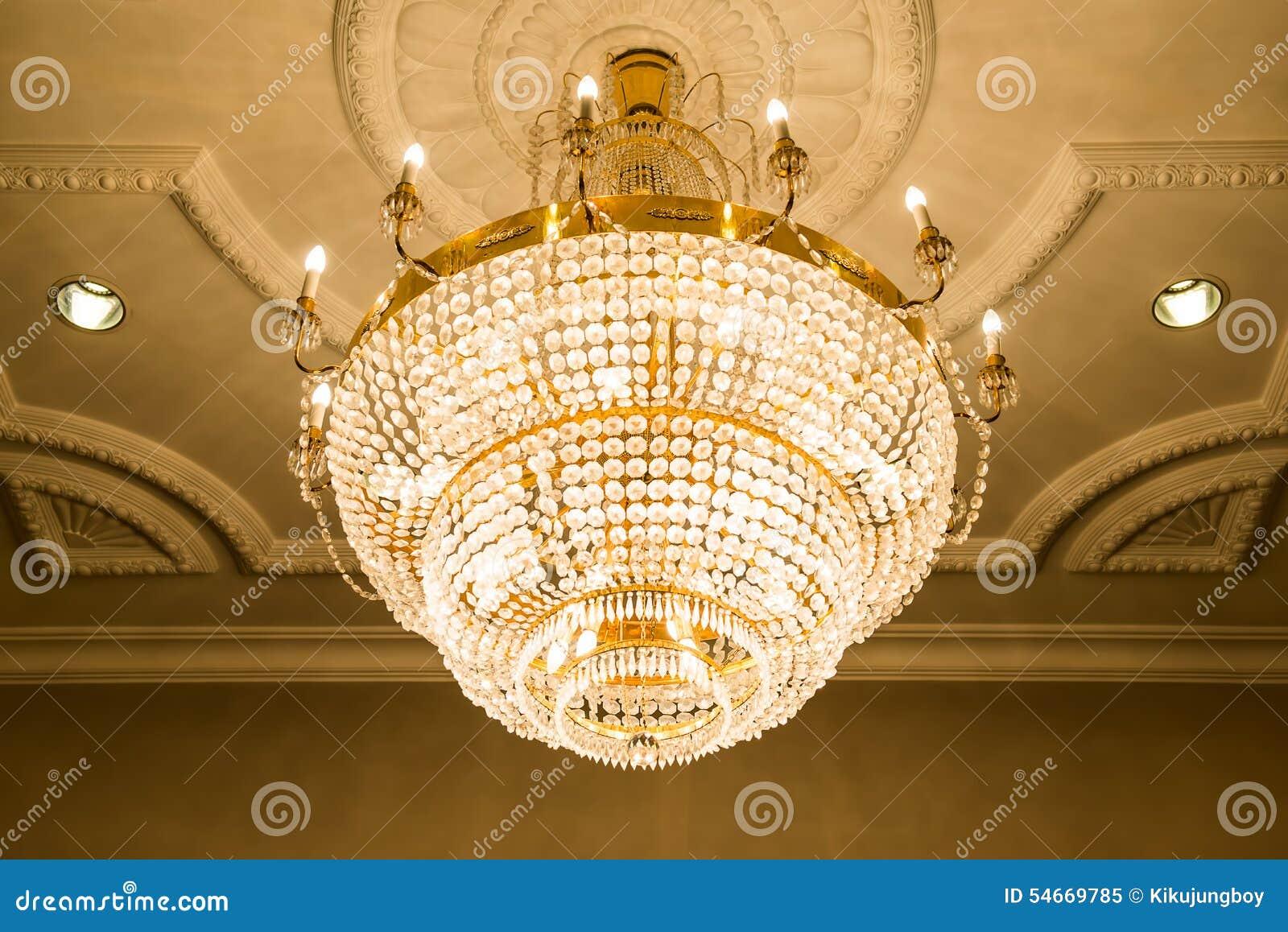 beau lustre en cristal dans la chambre de boule image stock image du h tel l gant 54669785. Black Bedroom Furniture Sets. Home Design Ideas
