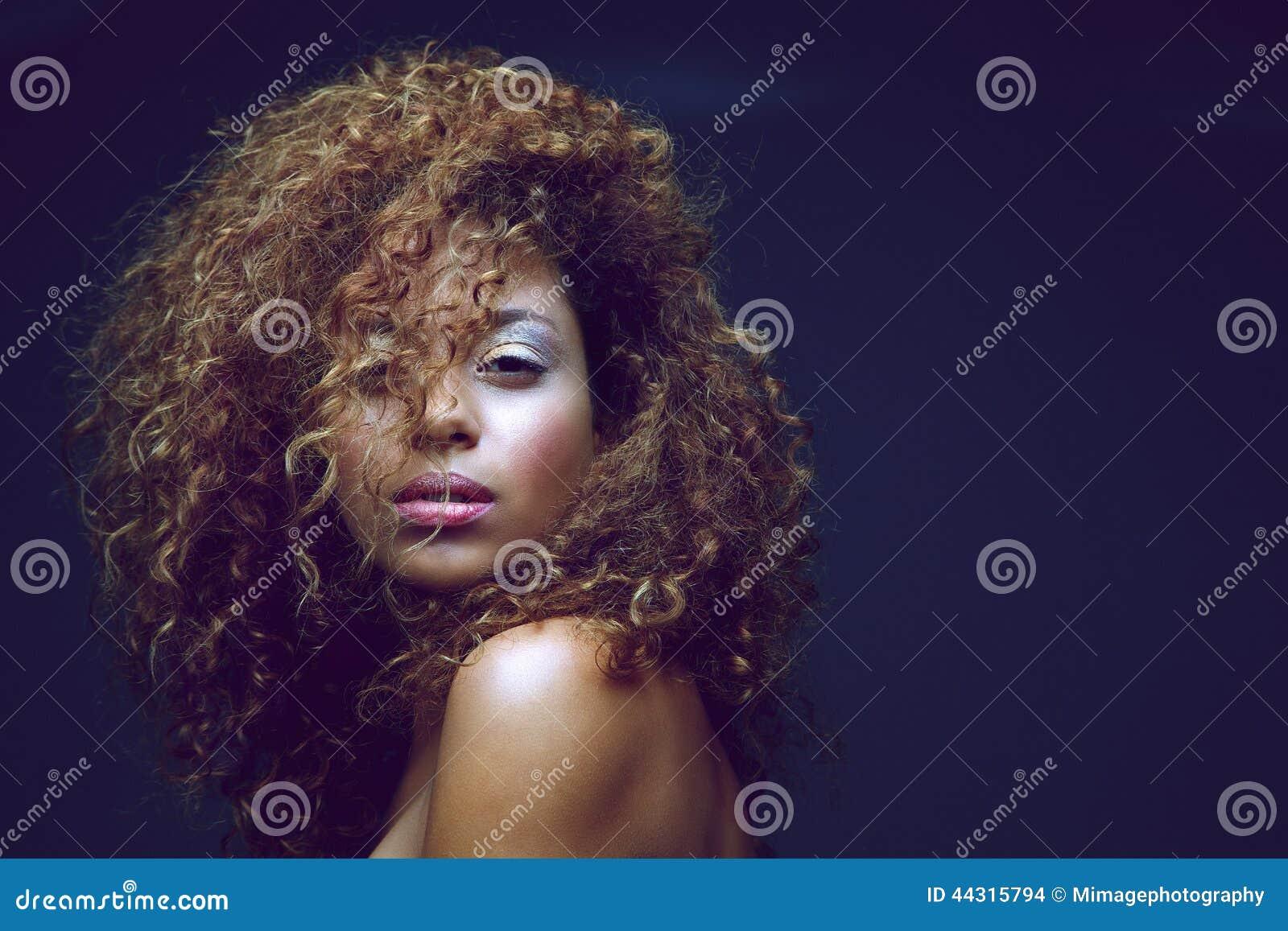 Beau mannequin femelle avec les cheveux bouclés
