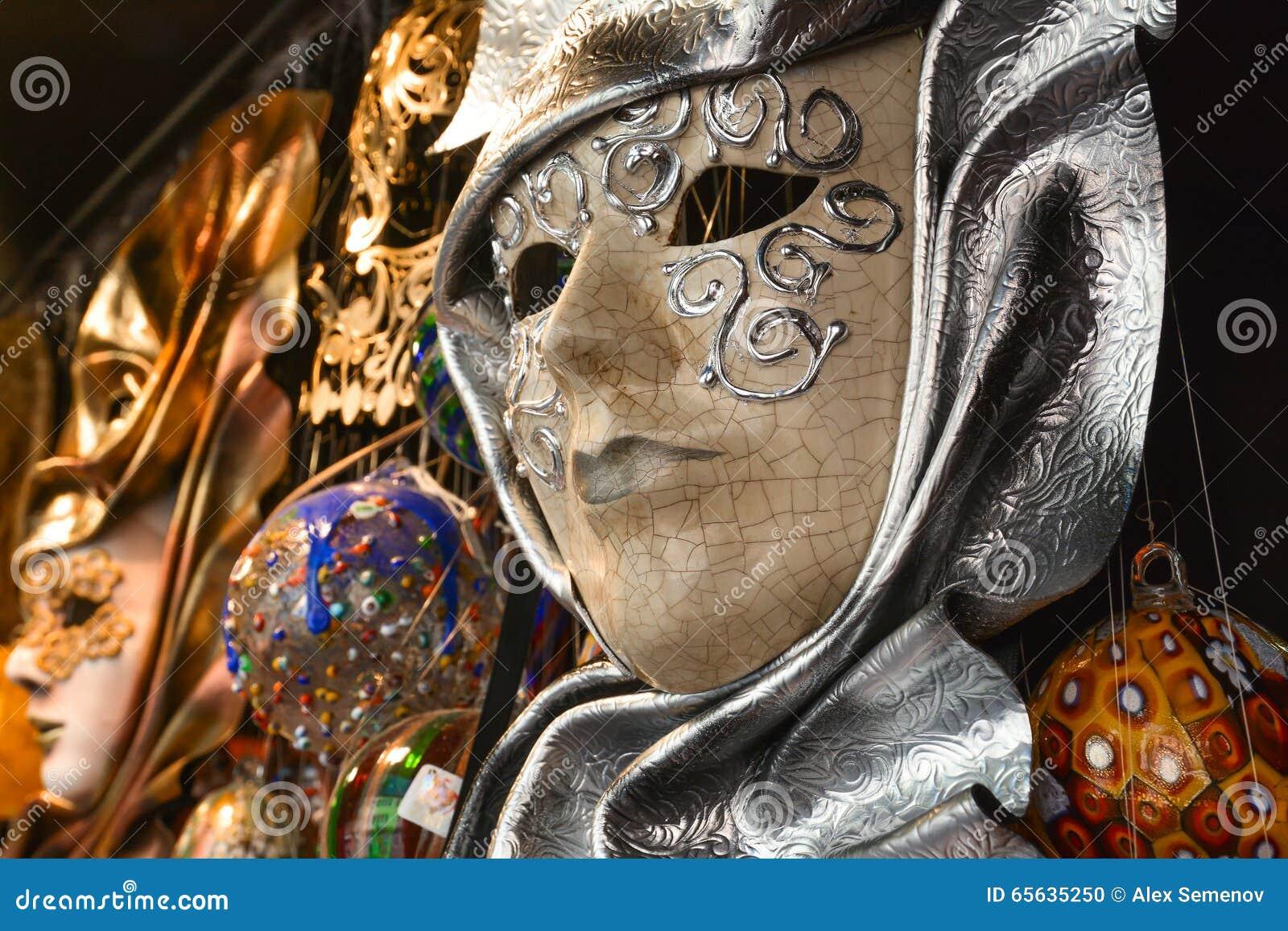 Beau masque vénitien accrochant sur le mur