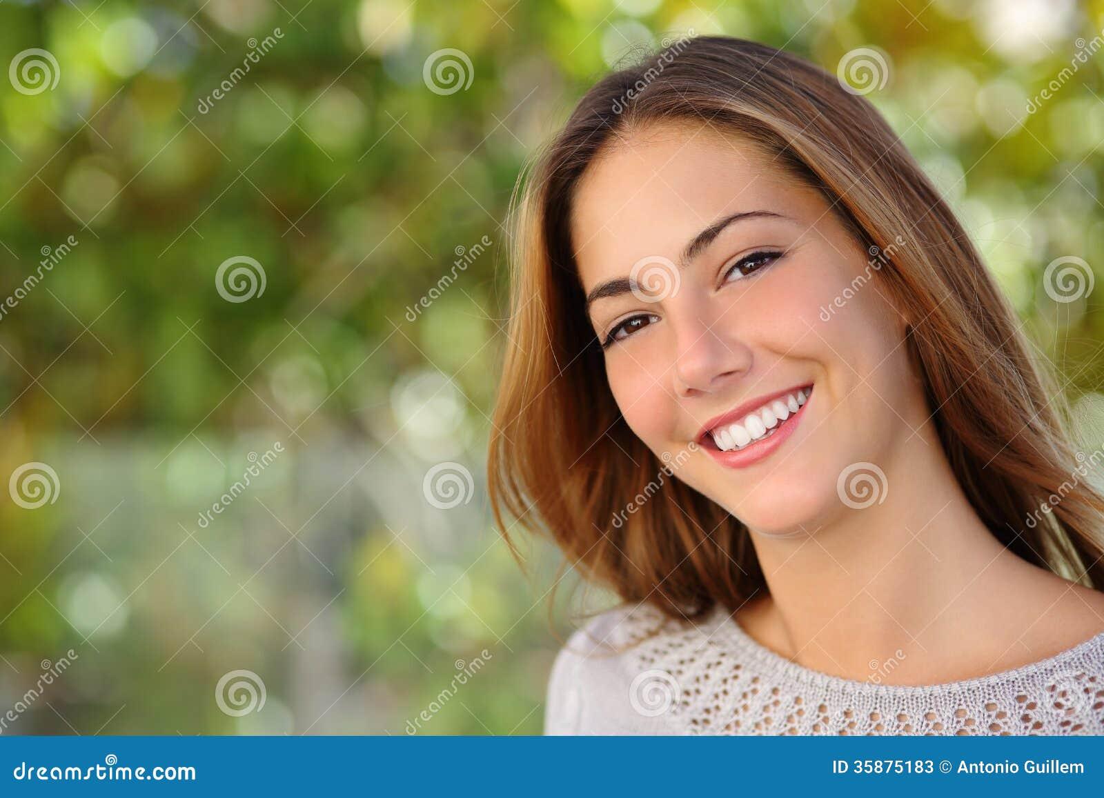 Beau massage facial de femme avec un sourire blanc parfait