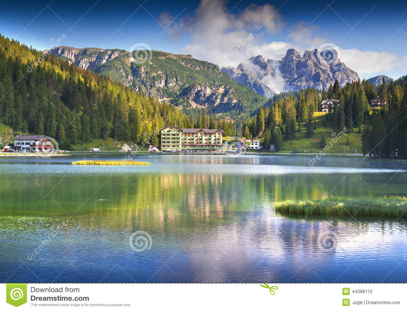 beau matin d 39 t sur le lac misurina dans des alpes de l 39 italie tr photo stock image 44388112. Black Bedroom Furniture Sets. Home Design Ideas