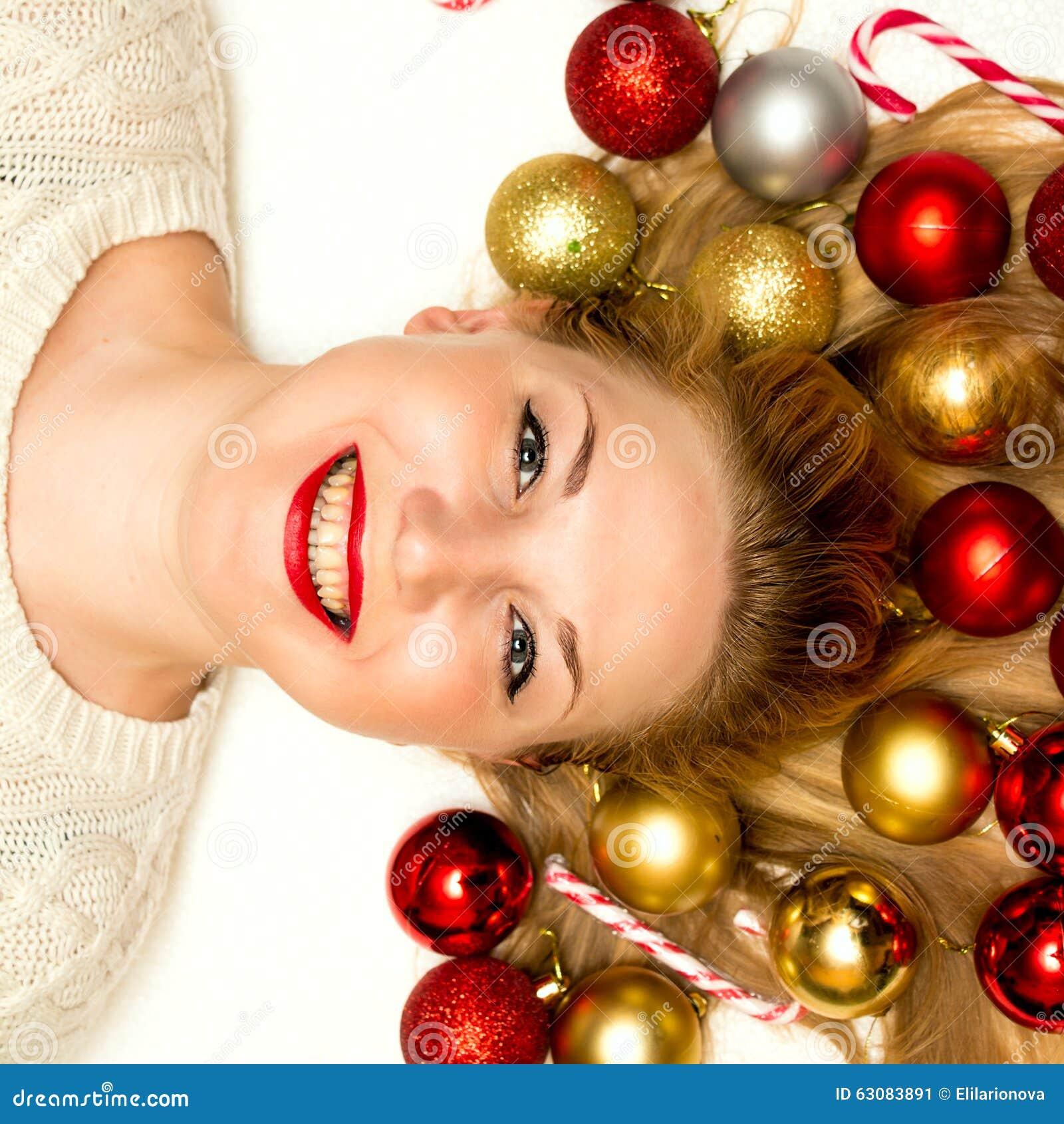 Download Beau Mensonge Blond Sur Un Fond Blanc Image stock - Image du people, billes: 63083891