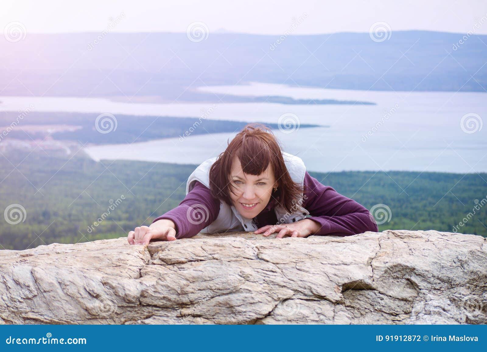 Beau mindfulness d envie de voyager de plaisir de femme augmentant le soleil Zyuratkul Chelyabinsk Russie de montagne