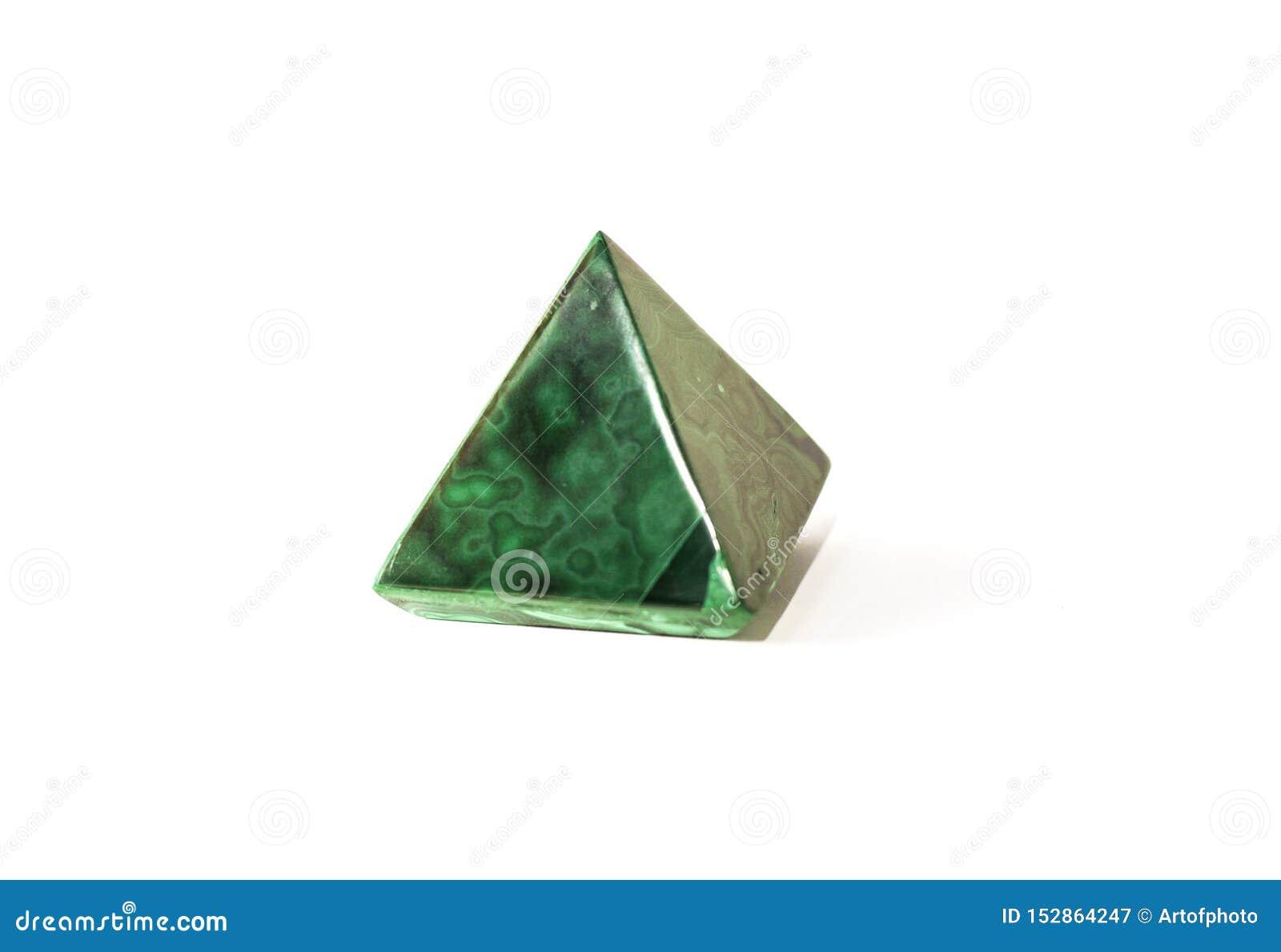 Beau minerai de pyramide de malachite sur le fond blanc