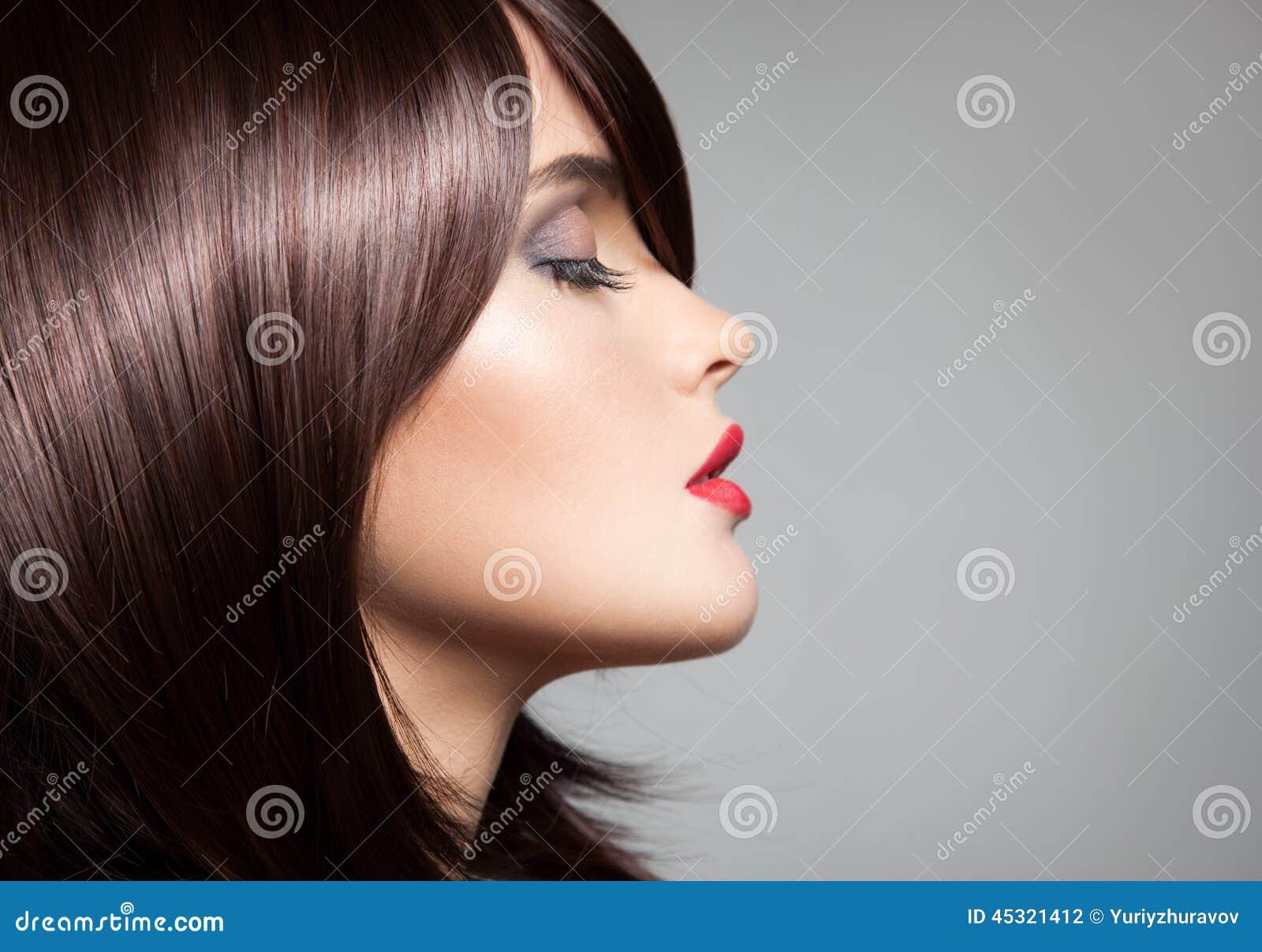 Beau modèle avec de longs cheveux bruns brillants parfaits