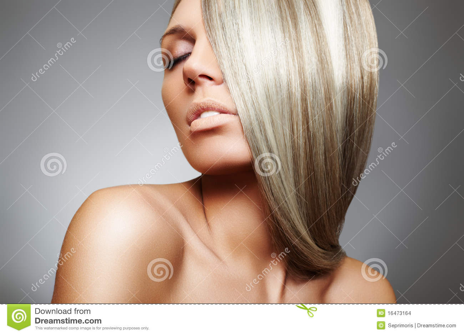 Beau modèle de femme avec le long cheveu lisse blond