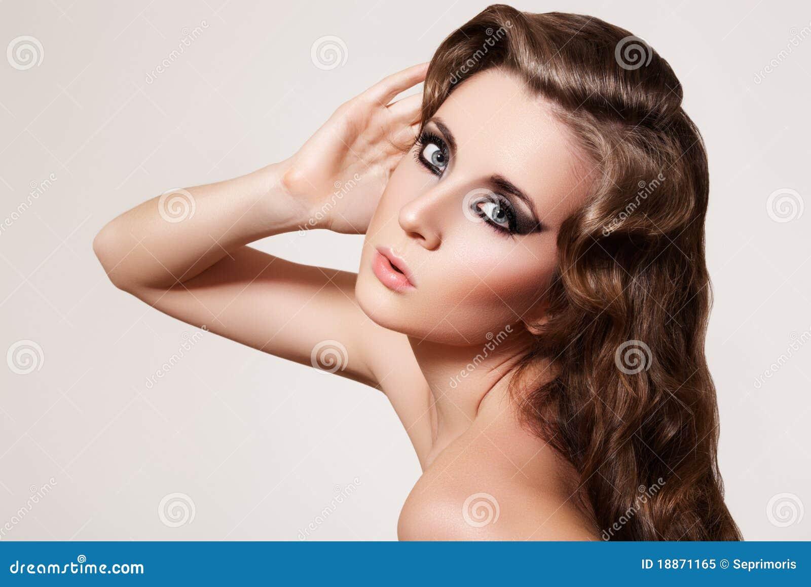beau modèle. renivellement de mode, rétro cheveu bouclé image stock