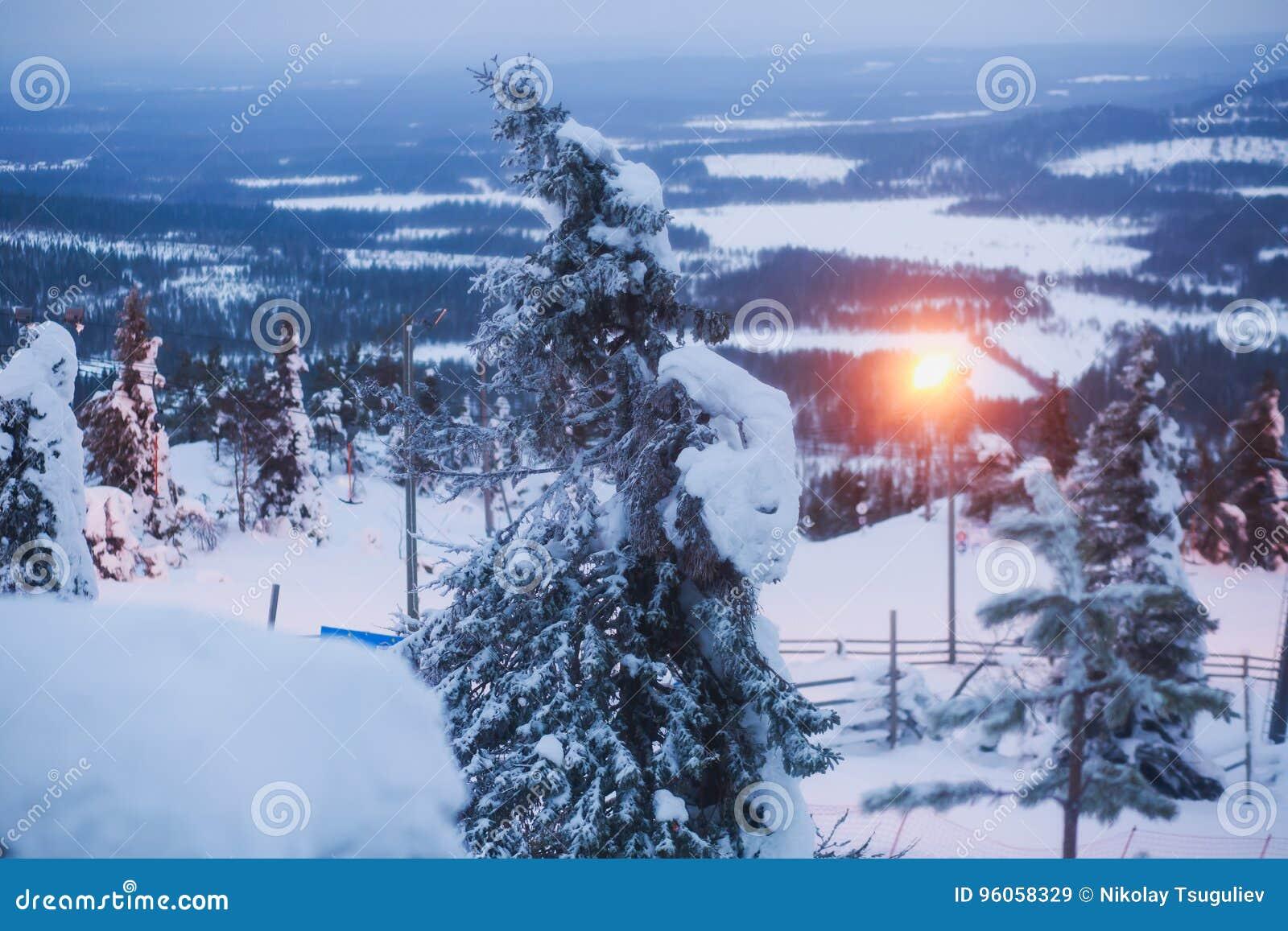 Beau Mountain View froid de la station de sports d hiver, jour d hiver ensoleillé avec la pente