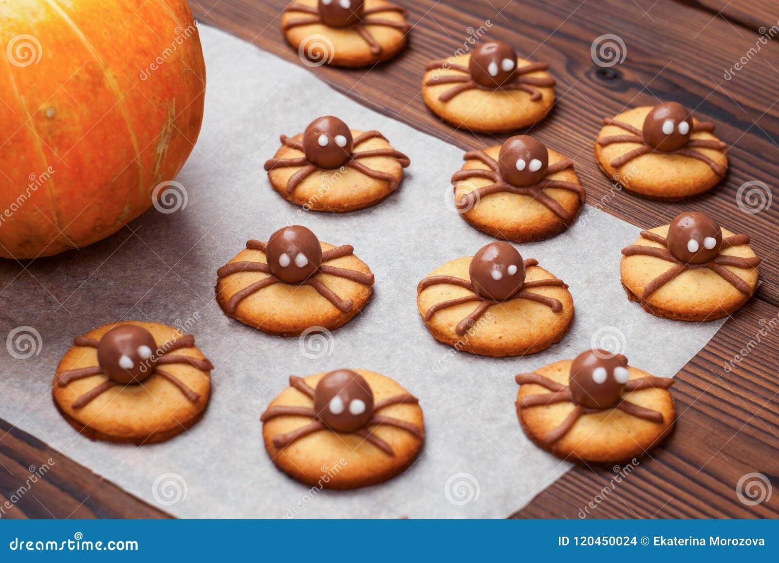 Beau pain d épice pour Halloween et potiron frais sur la table vue horizontale d en haut