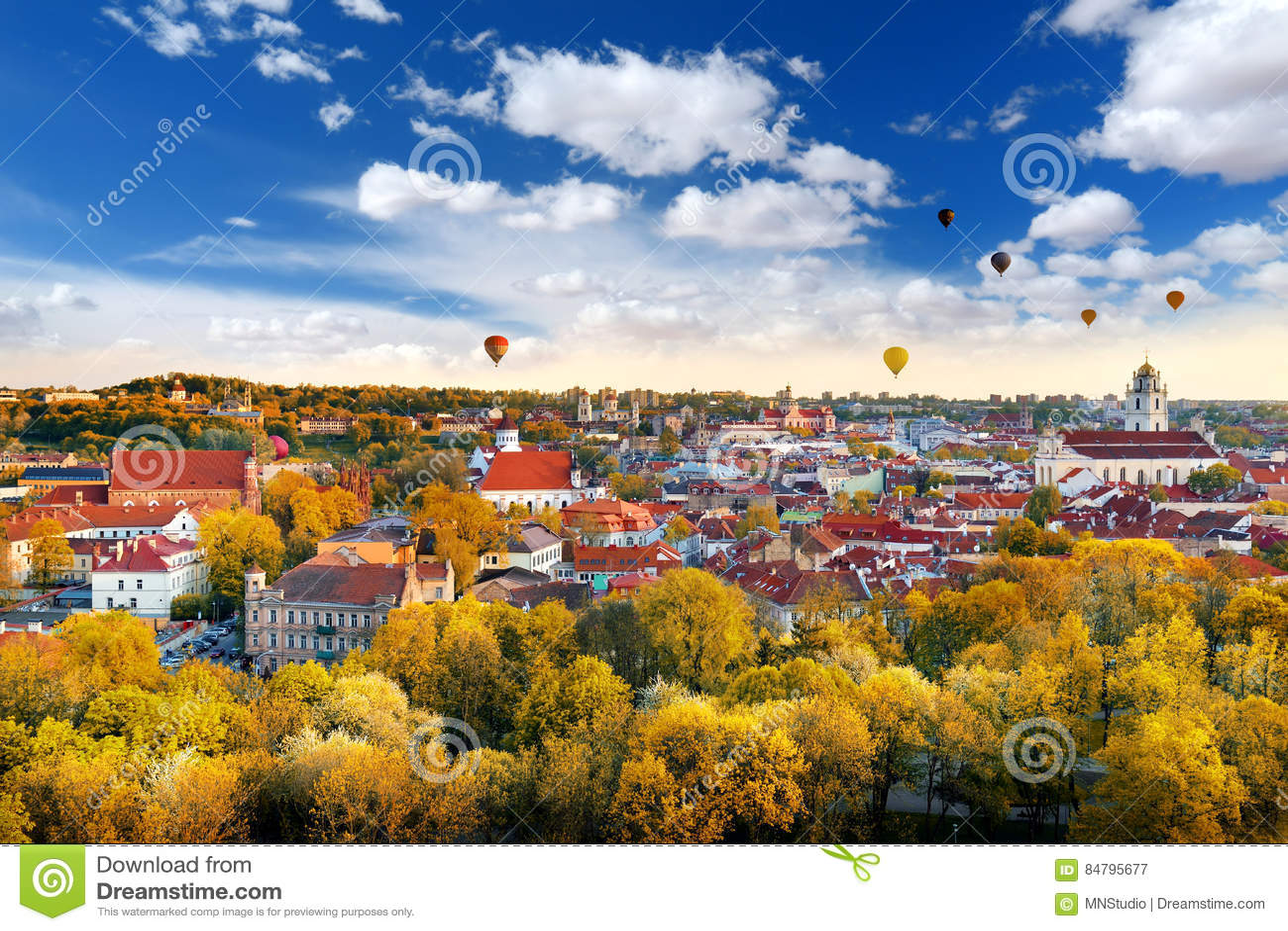 Beau panorama d automne de vieille ville de Vilnius avec les ballons à air chauds colorés dans le ciel