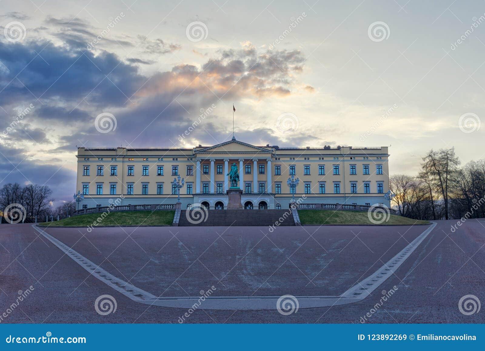 Beau panorama de Royal Palace avec la statue du Roi K