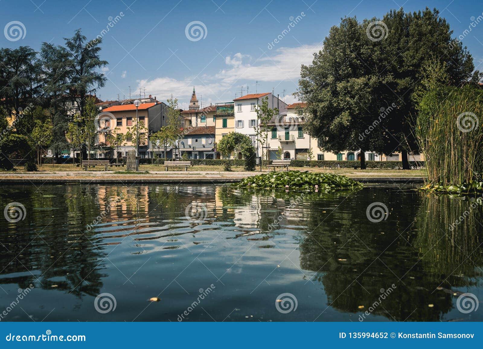 Beau parc d été avec le lac Pistoie ay