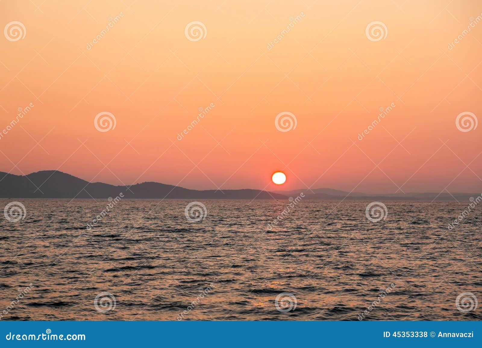 Beau paysage avec la mer et les nuages