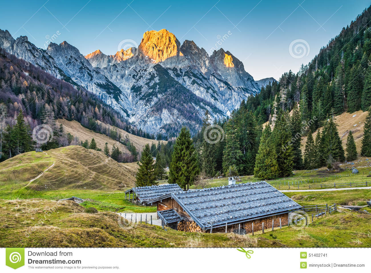 beau paysage dans les alpes avec les chalets traditionnels de montagne photo stock image 51402741. Black Bedroom Furniture Sets. Home Design Ideas