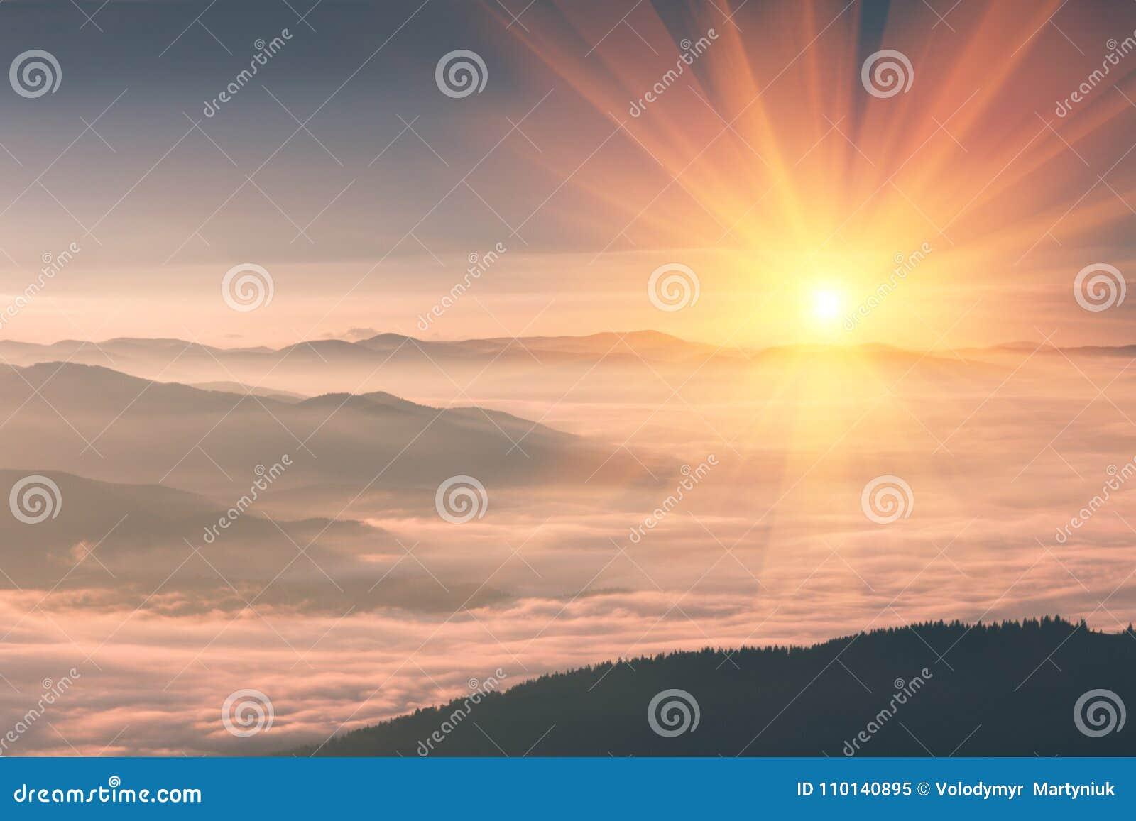 7184eb3ef9 Beau paysage dans les montagnes au lever de soleil Vue du début de la  matinée illuminé par les rayons d'or du Soleil Levant Collines brumeuses  couvertes par ...