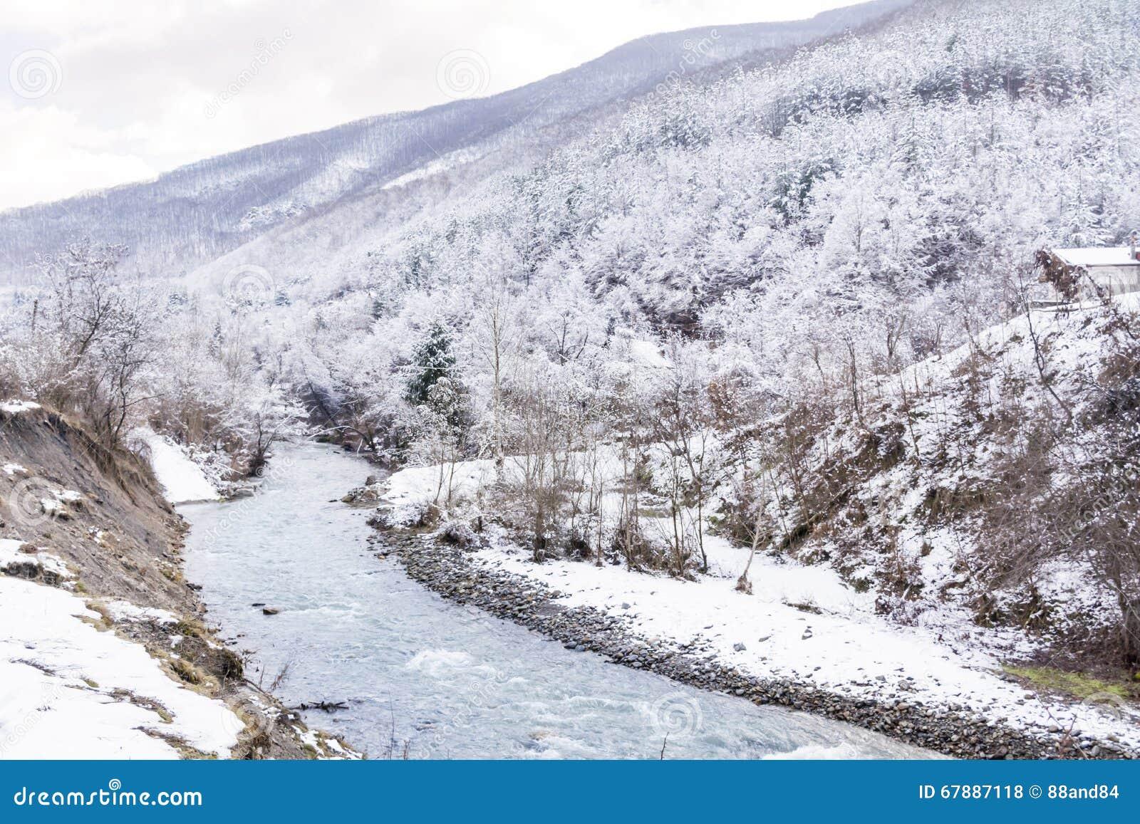 beau paysage de montagne d 39 hiver avec la rivi re de bulgarie photo stock image 67887118. Black Bedroom Furniture Sets. Home Design Ideas