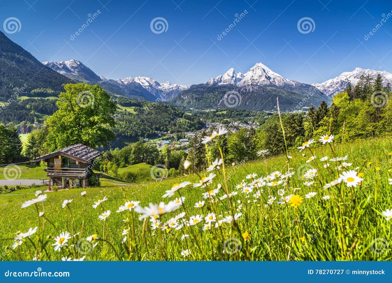 beau paysage de montagne dans les alpes avec le chalet dans le printemps image stock image du. Black Bedroom Furniture Sets. Home Design Ideas