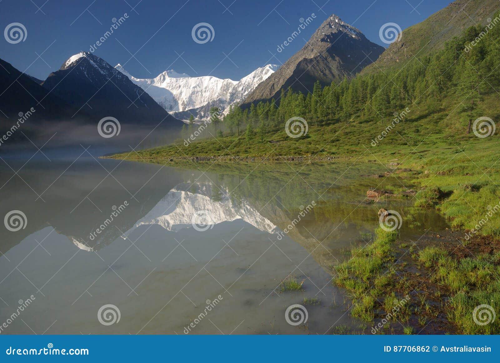 Beau paysage de montagne près du lac montagnes corses de montagne de lac de laque du creno de France de la Corse Genre de terrain