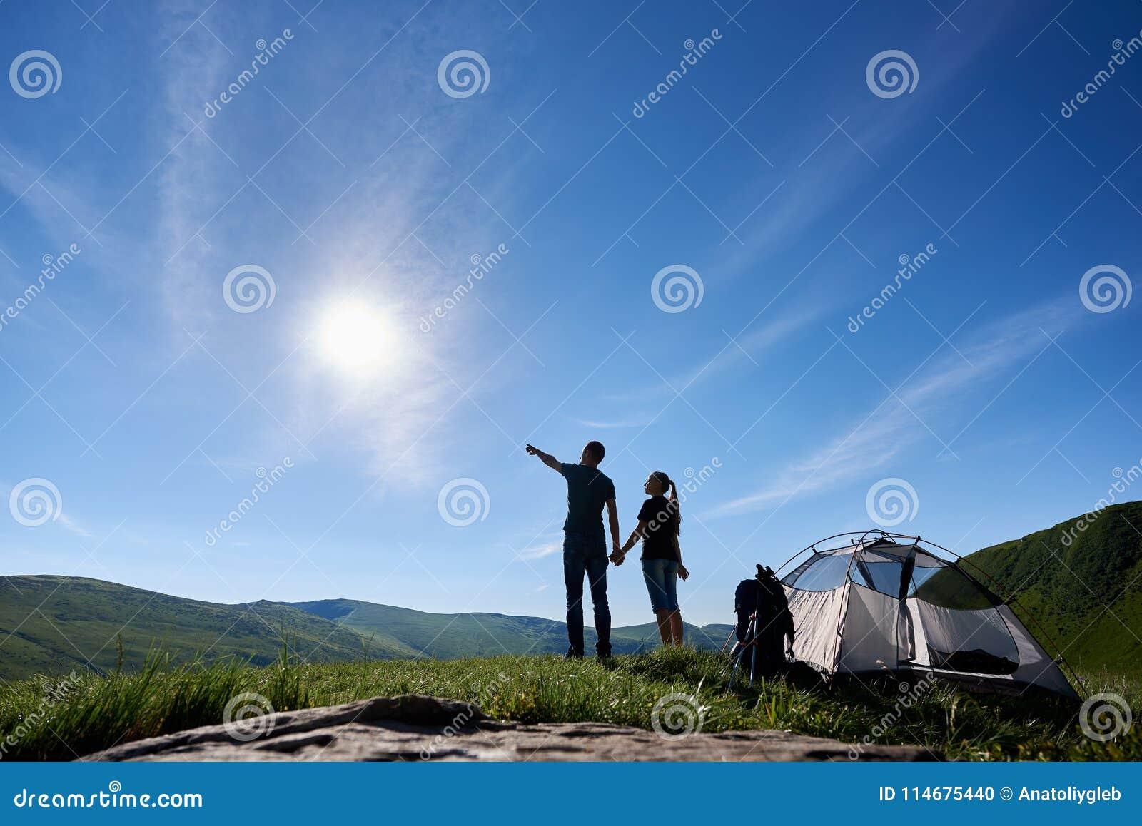 Beau paysage de montagne sous le ciel bleu avec le soleil lumineux Le type montre la fille des montagnes