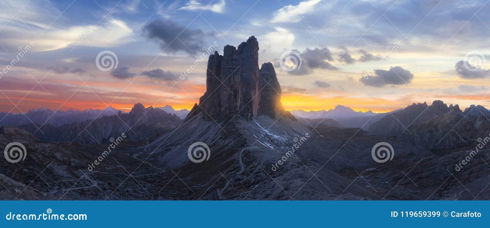 Beau paysage en Italie au coucher du soleil