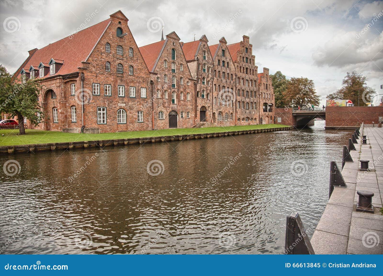 Beau paysage et voies d eau à Lübeck, Allemagne