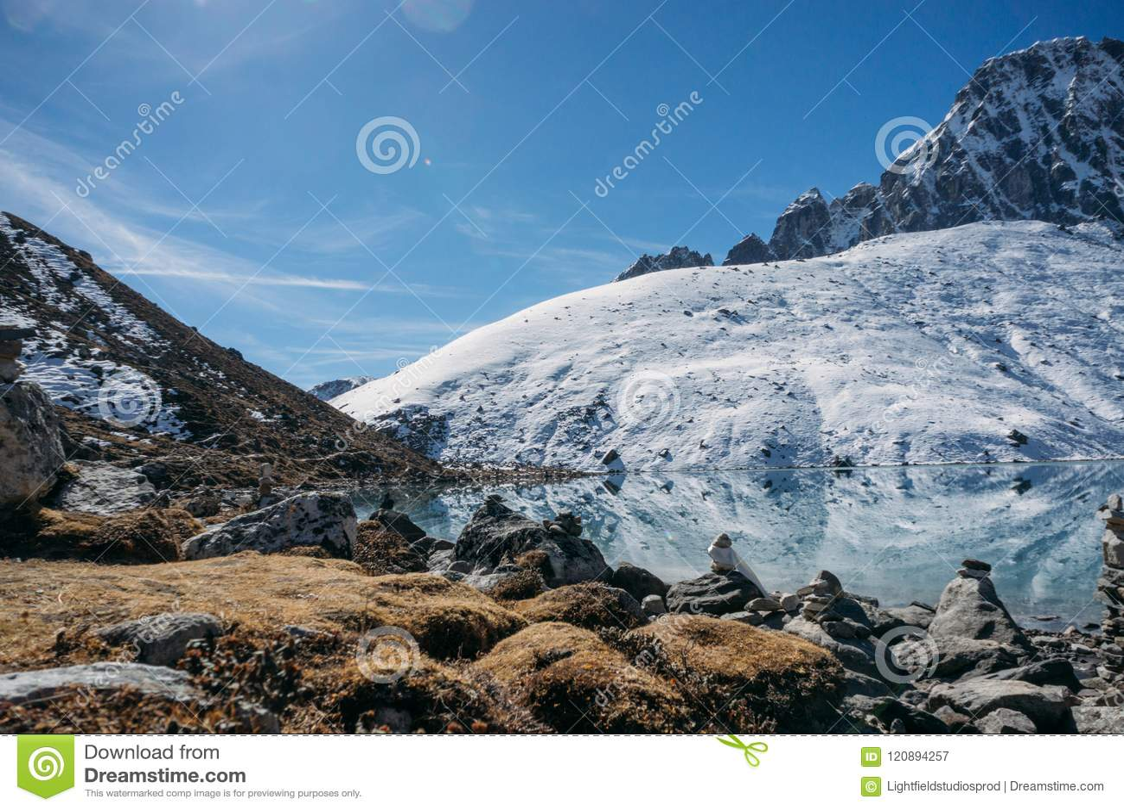Beau paysage scénique avec les montagnes et le lac neigeux, Népal, Sagarmatha,
