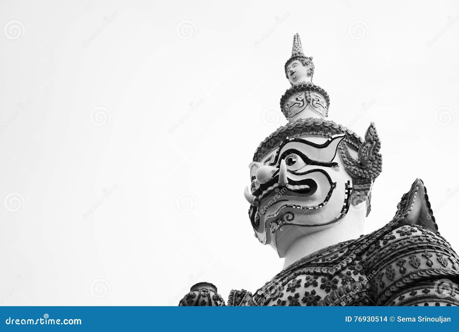 Beau plan rapproché noir et blanc le géant à l arun de Wat dans Bkk, Thaïlande
