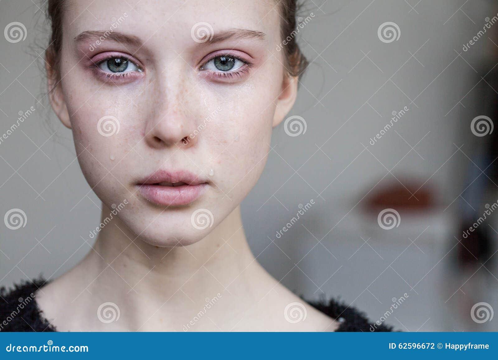 Beau pleurer de jeune fille