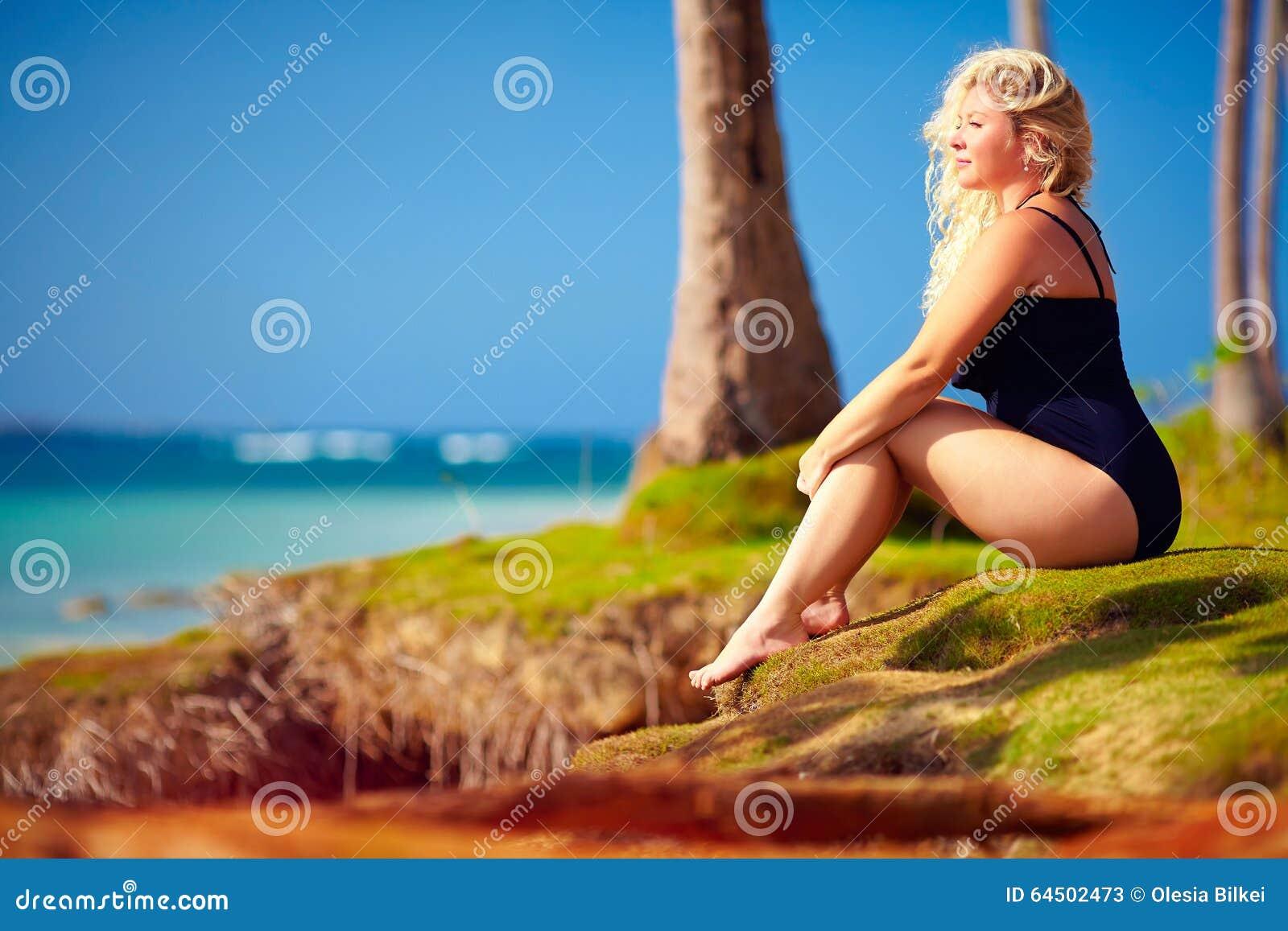 Beau plus la femme de taille appréciez la vie des vacances d été