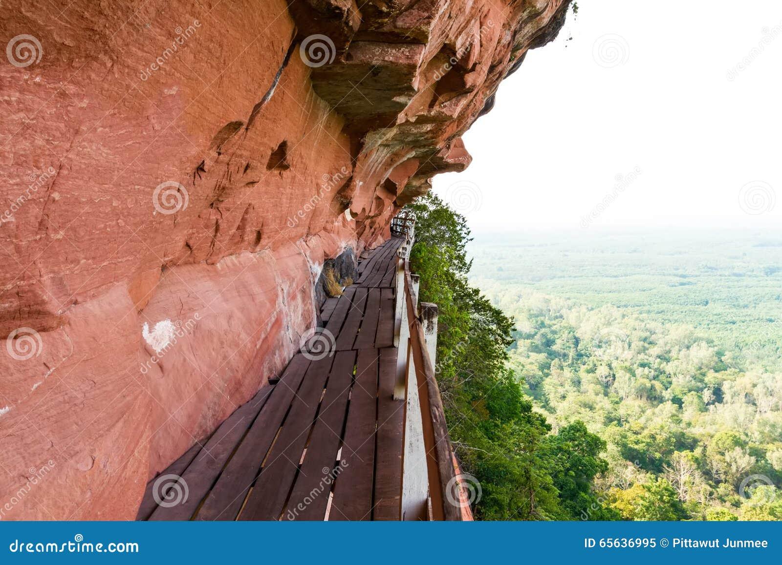 Beau pont en bois dans le cliffside rouge à la montagne de tok de Wat Phu