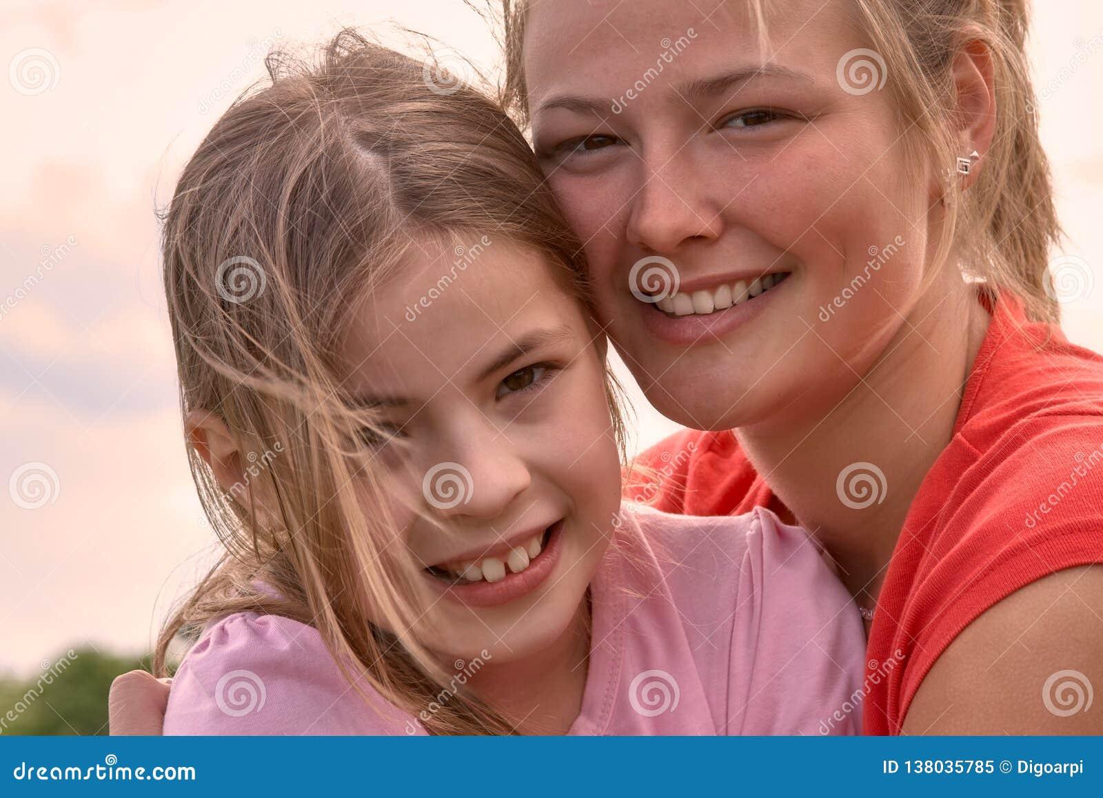 Beau portrait caucasien de filles de frère de Hongrie