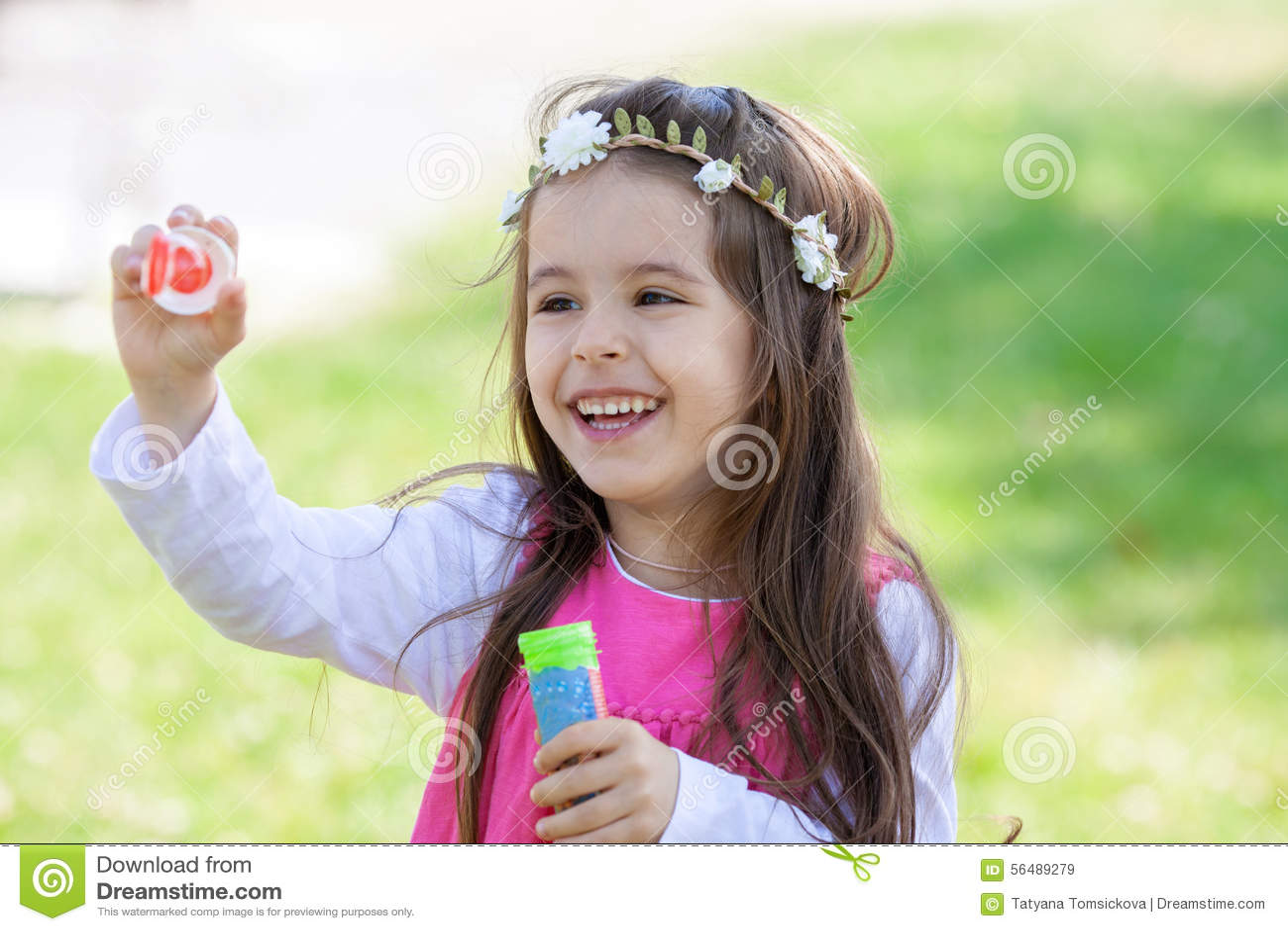 Beau portrait de beau bubb de soufflement doux de savon de petite fille
