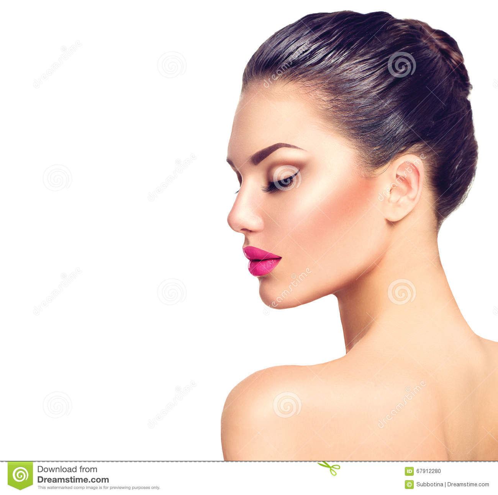 Beau portrait de profil de femme de brune