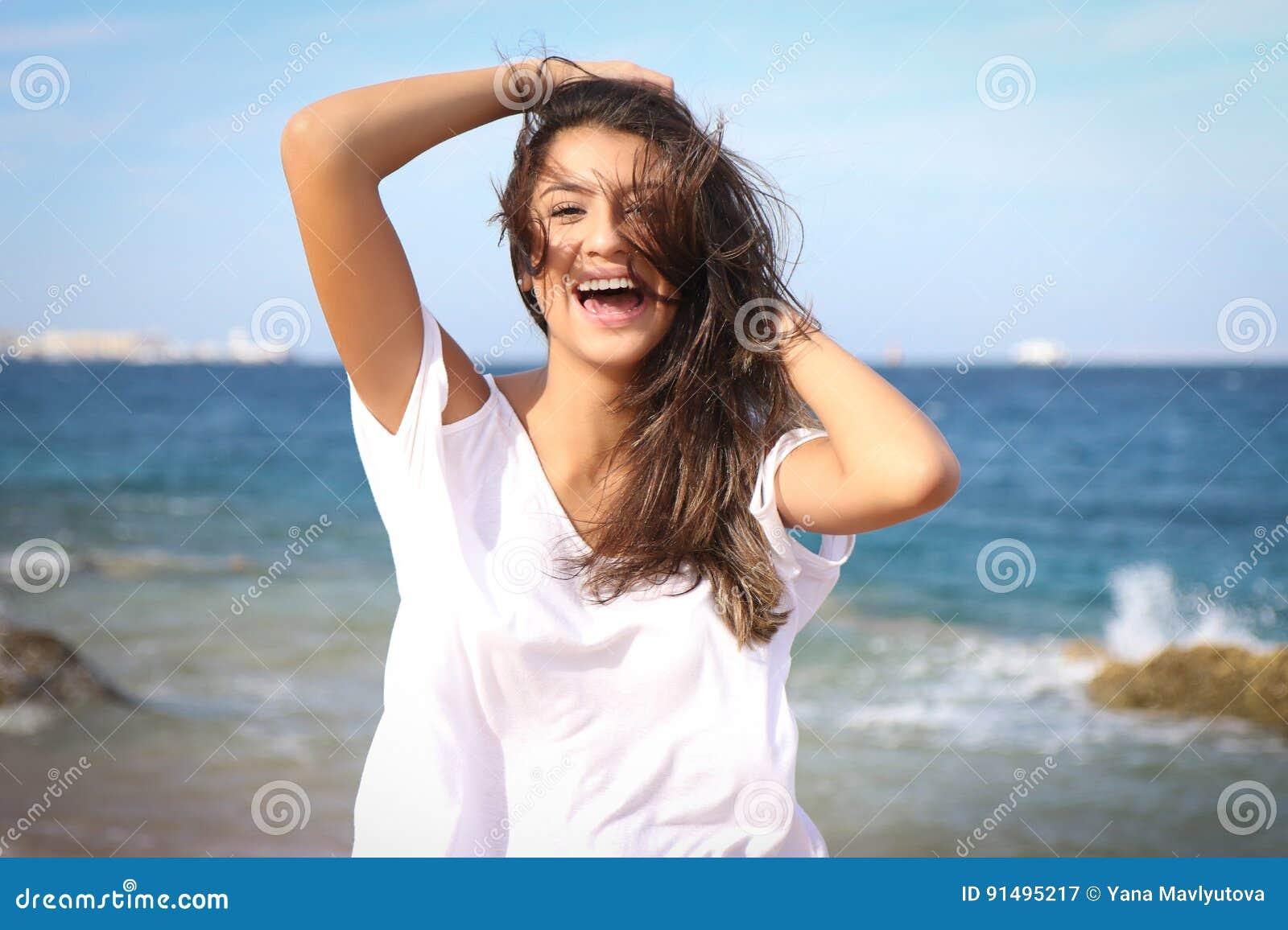 Beau portrait de visage de jeune fille, cheveux bruns et sourire gentil, regard de mannequin