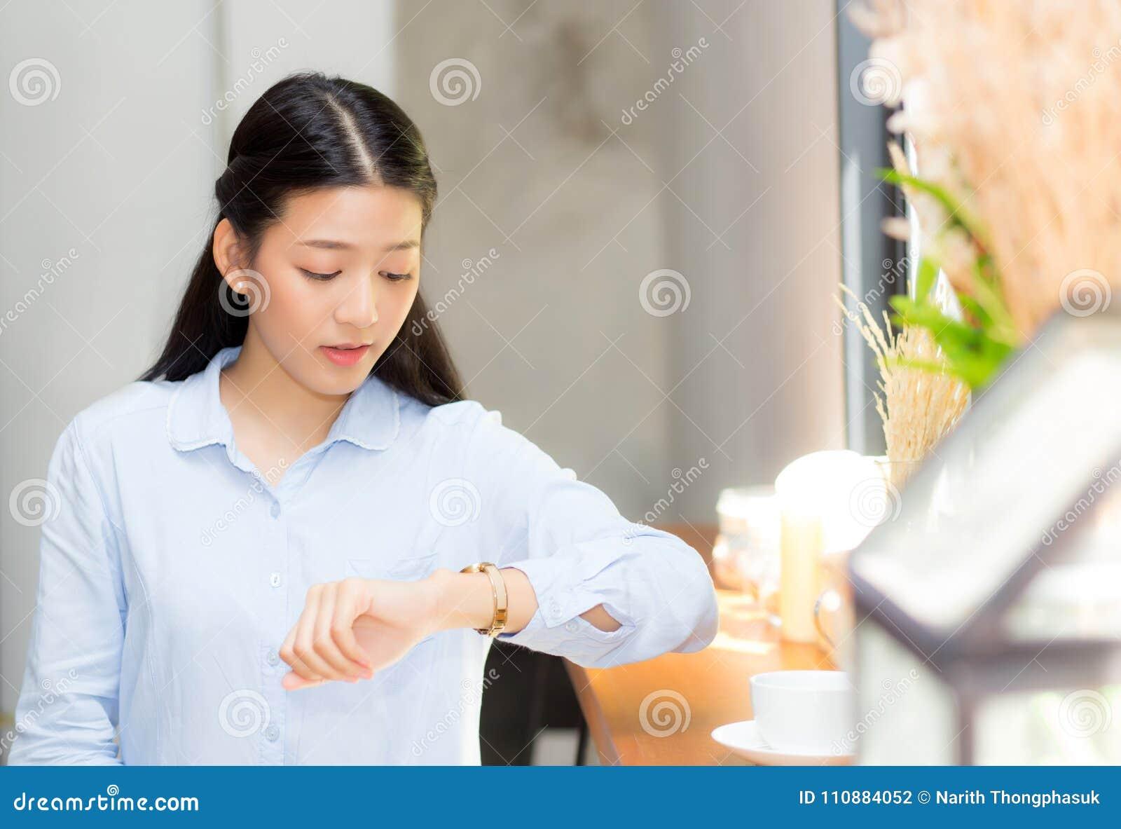 Beau regard asiatique de jeune femme à l ami de attente ou à quelqu un de montre