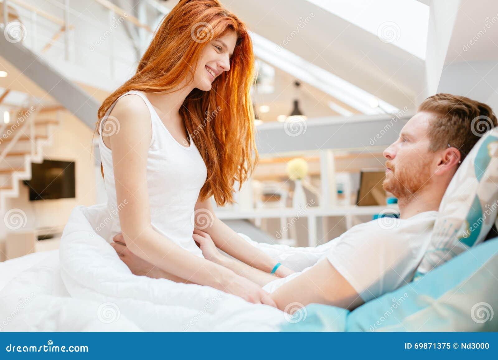 beau romance de couples dans le lit photo stock image 69871375. Black Bedroom Furniture Sets. Home Design Ideas