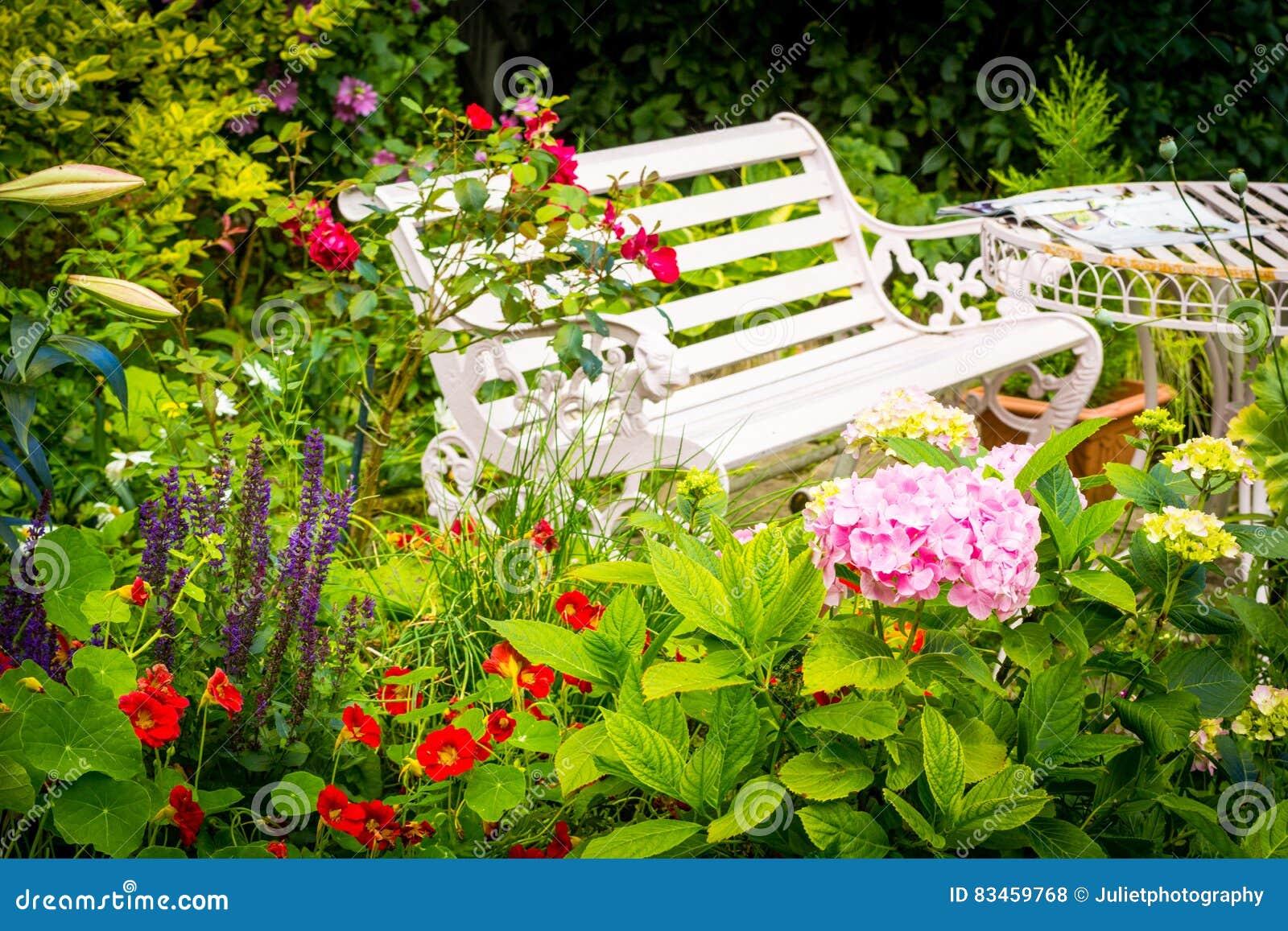 Beau, Romantique, Jardin Avec La Variété De Fleurs De ...