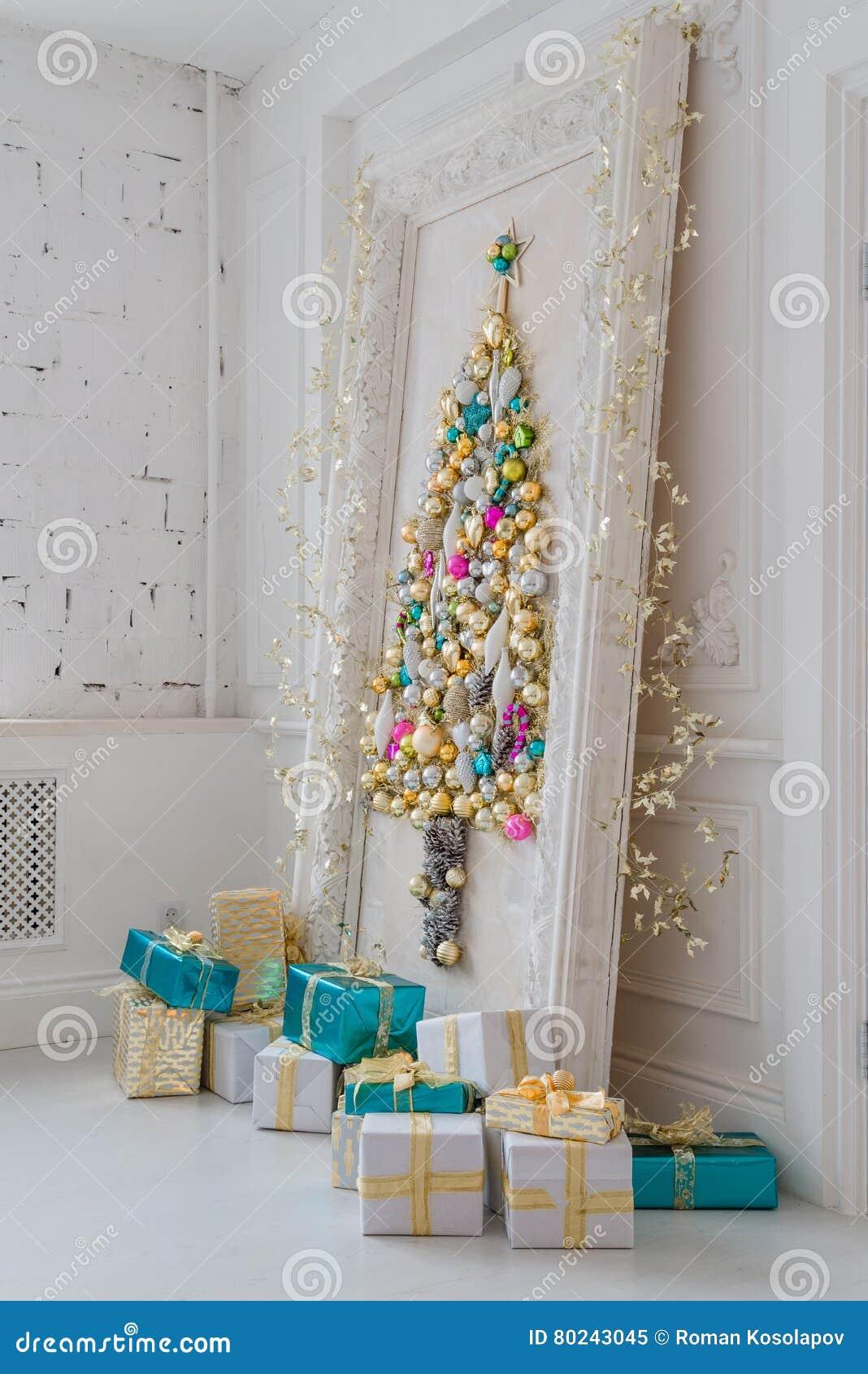 Beau salon int rieur d cor pour no l grand cadre de miroir avec un arbre fait de boules et - Grand miroir pour salon ...