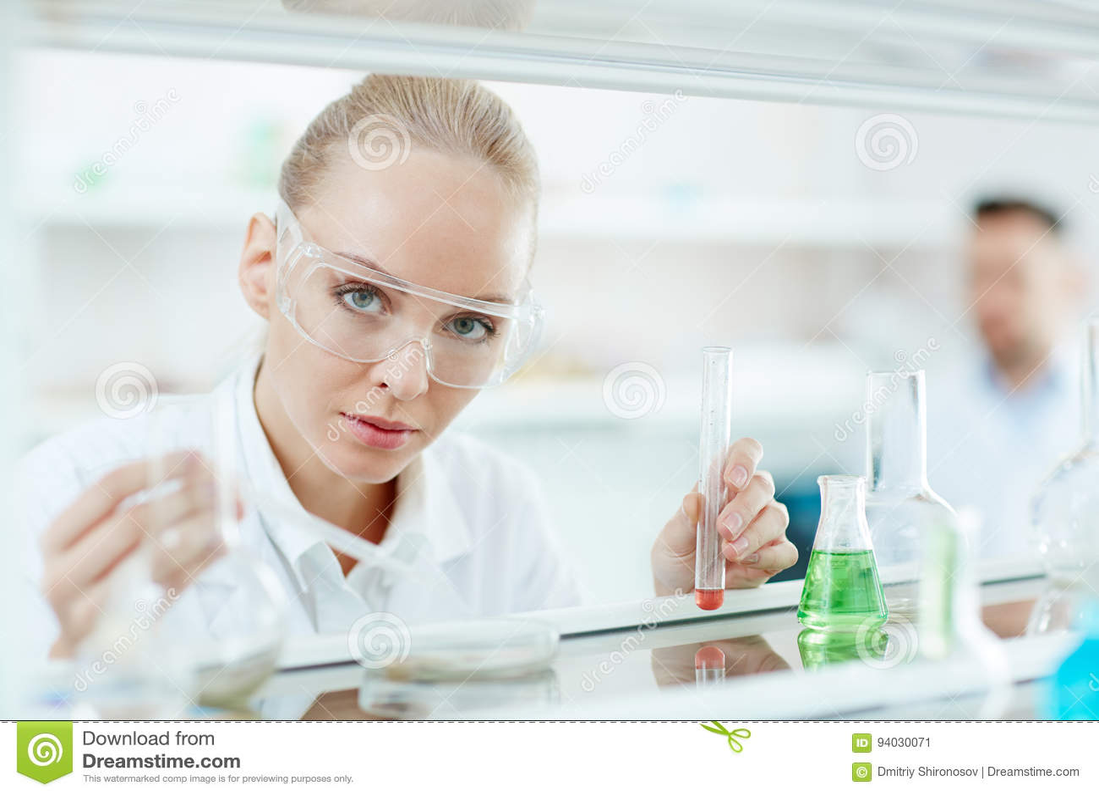 Beau scientifique féminin dans le laboratoire