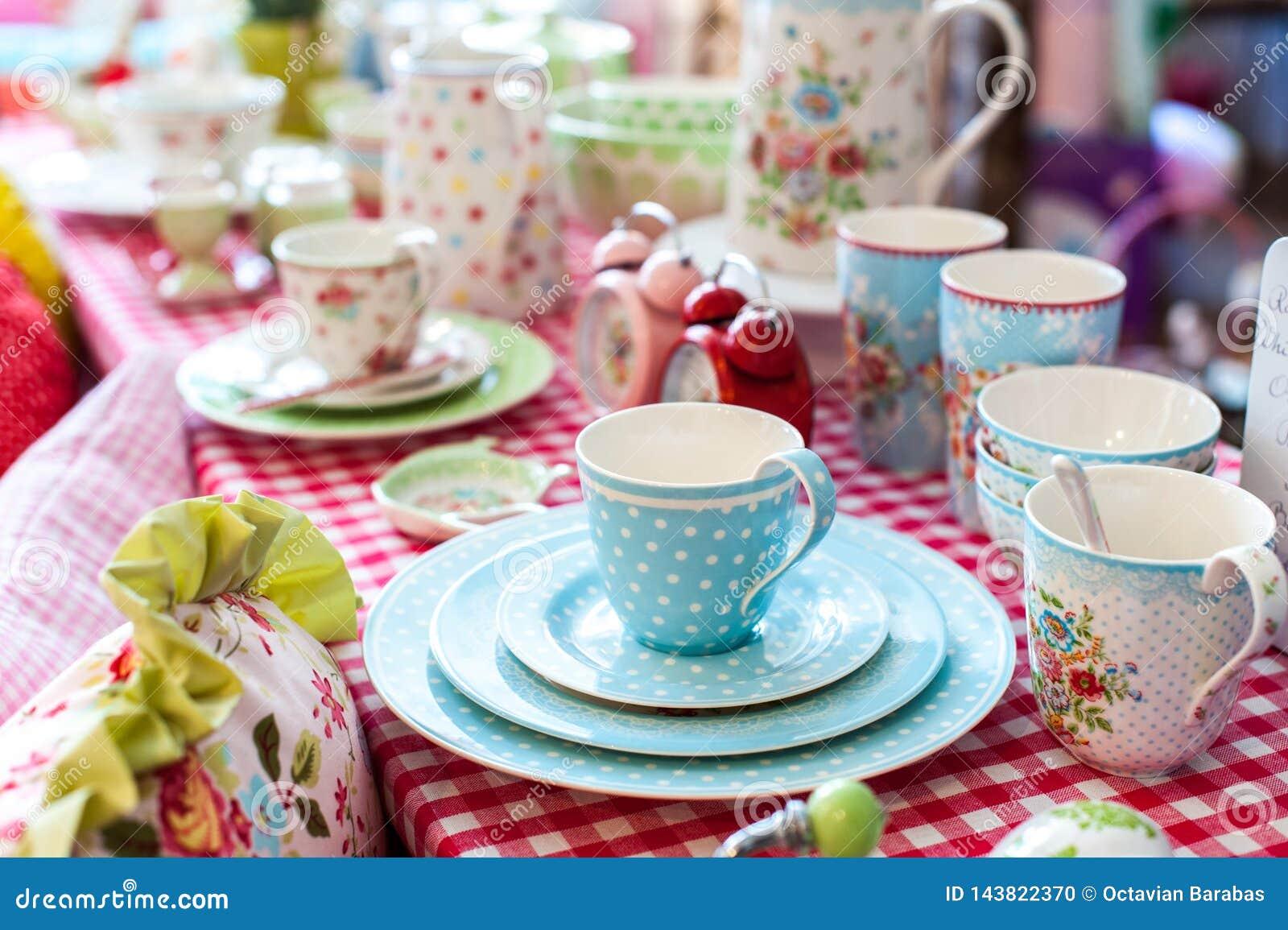 Beau service à thé de porcelaine sur la table