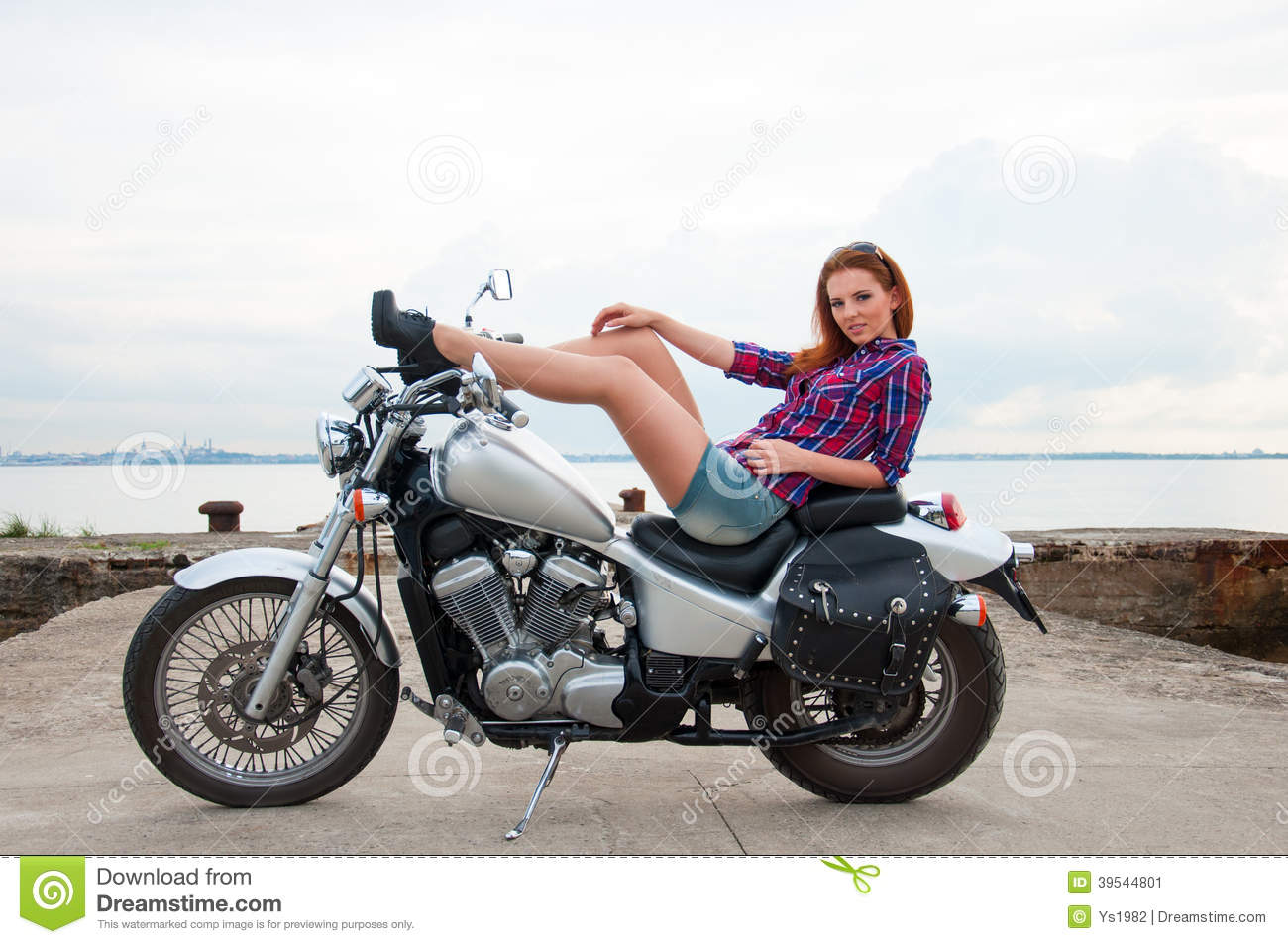 beau sexy jeune femme sur une moto image stock image du mignon pose 39544801. Black Bedroom Furniture Sets. Home Design Ideas