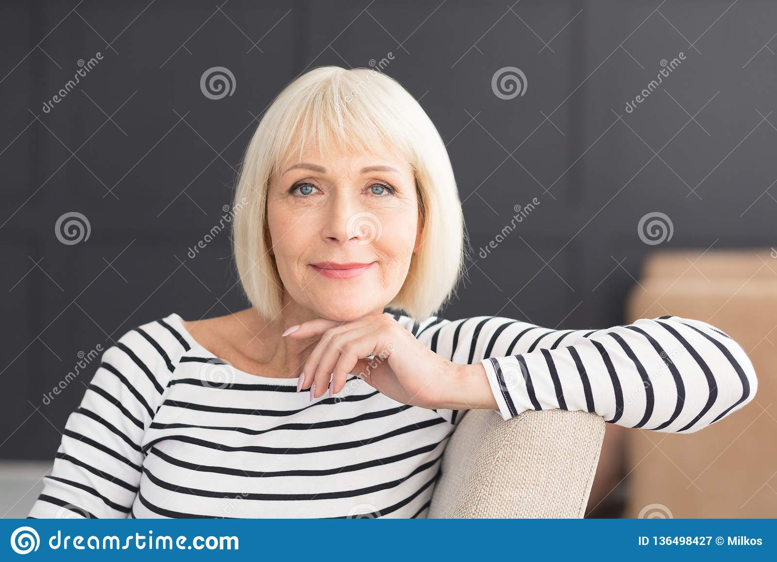 Beau sourire actif de femme amical et regard in camera