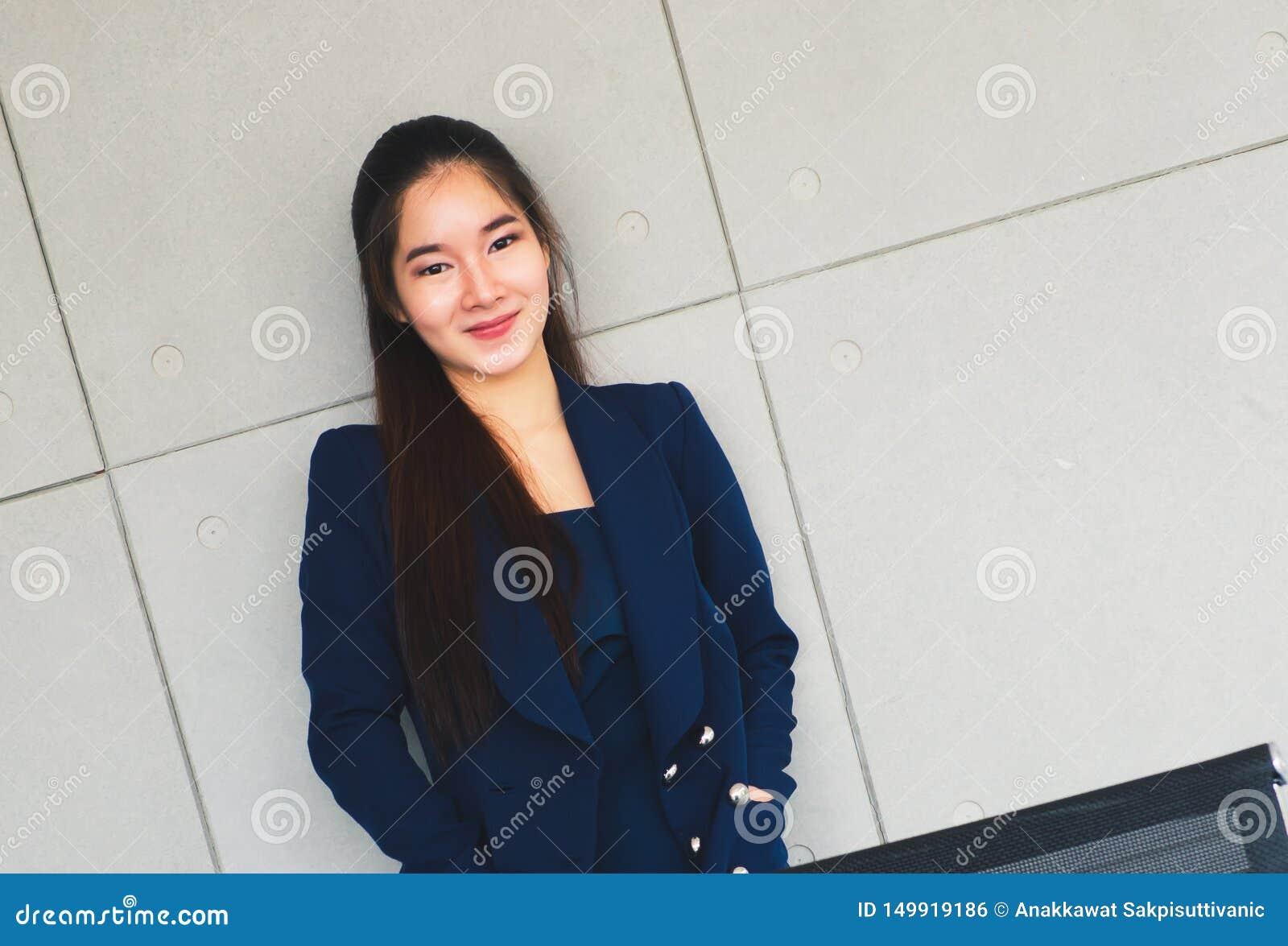 Beau sourire asiatique de femme d affaires si heureux