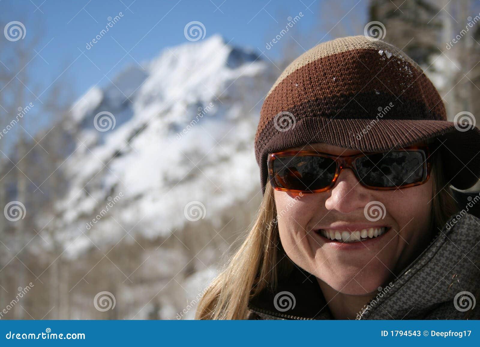 Beau sourire de femme avec des montagnes