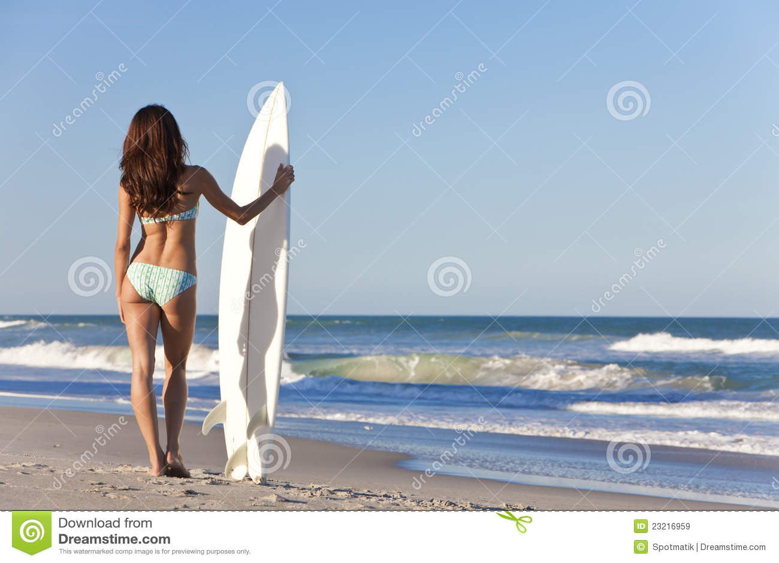 Beau surfer de femme en plage de planche de surfing de bikini image stock image 23216959 - Sortie de plage femme ...