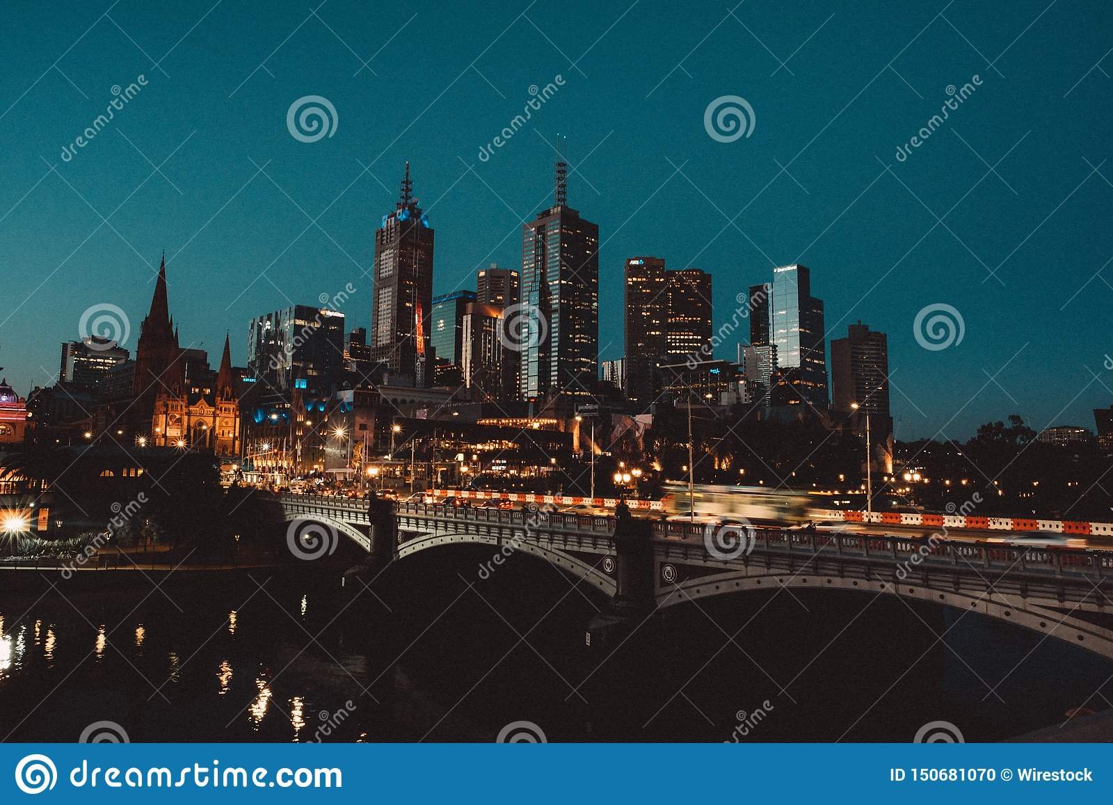 Beau tir d une ville la nuit avec des gratte-ciel grands et un pont