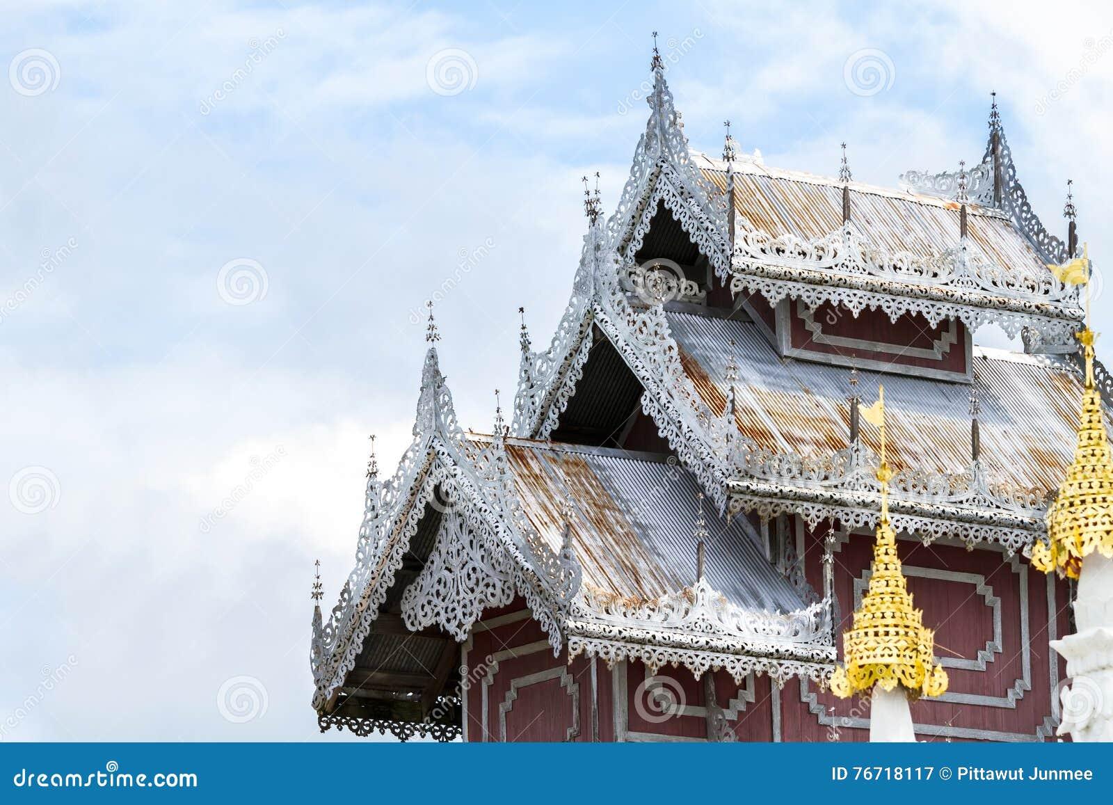 Beau toit en bois de temple phra de wat ce kong MU de doi le b