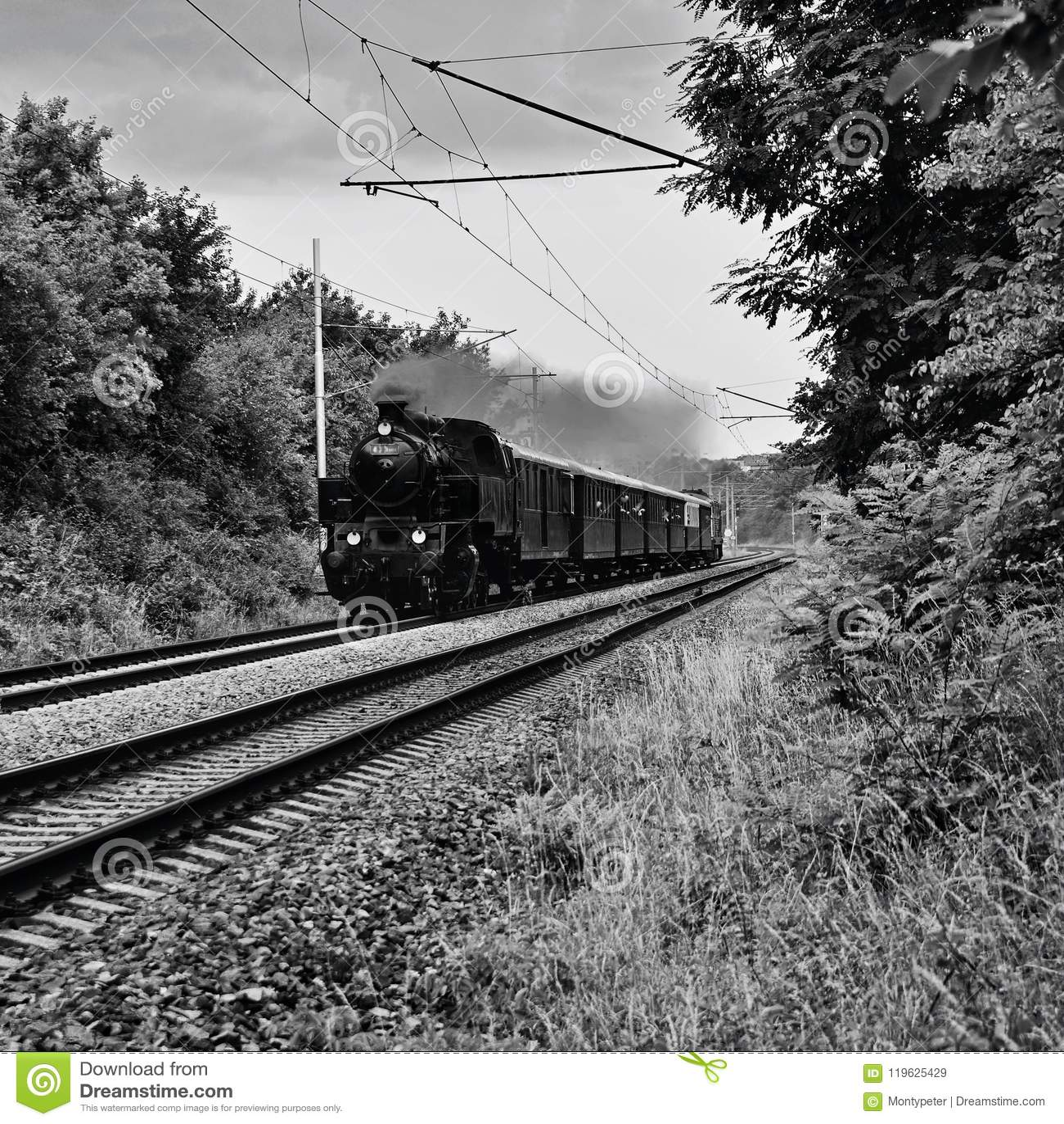 Beau vieux train tchèque avec la locomotive à vapeur Le concept pour rétro, le voyage et le train voyagent Formez les voies et un